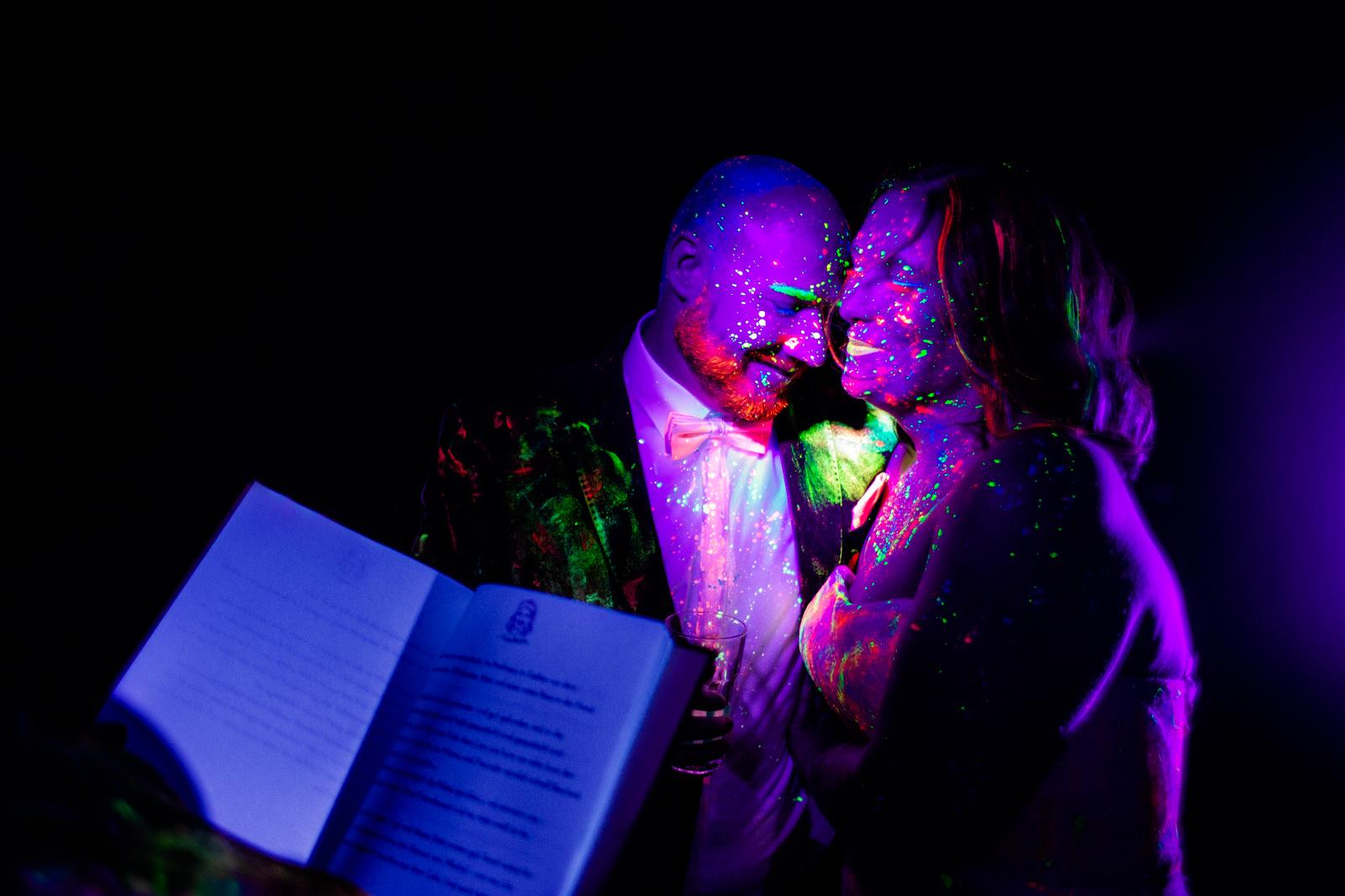 Emotionale Rede bei der freien Trauung von der Trautante bei einer Schwarzlicht Hochzeit im Wald fotografiert von Hochzeitsfotograf Steven Herrschaft aus Wiesbaden
