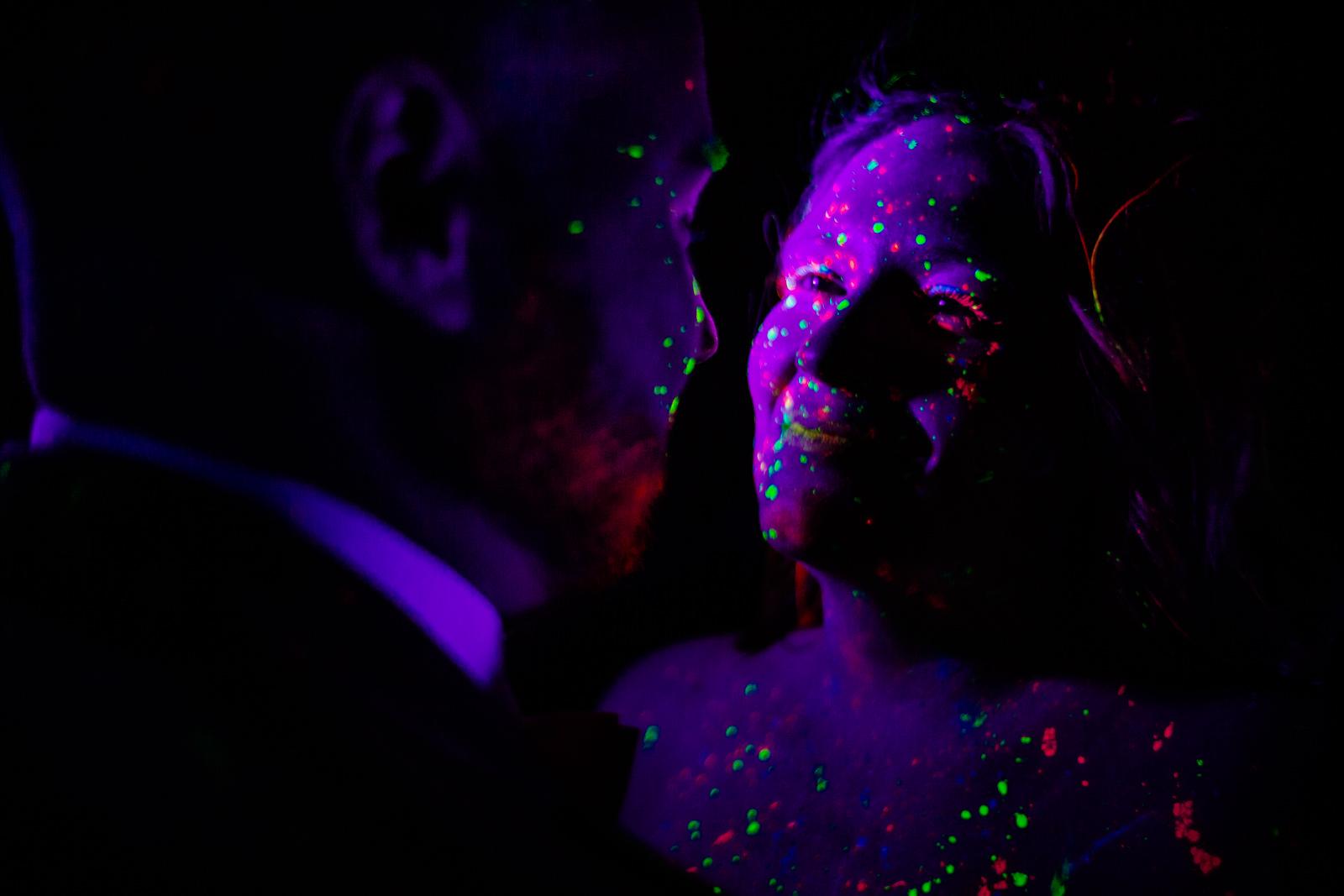 Hochzeitsfoto bei der freien Trauung von der Trautante bei einer Schwarzlicht Hochzeit im Wald fotografiert von Hochzeitsfotograf Steven Herrschaft aus Wiesbaden