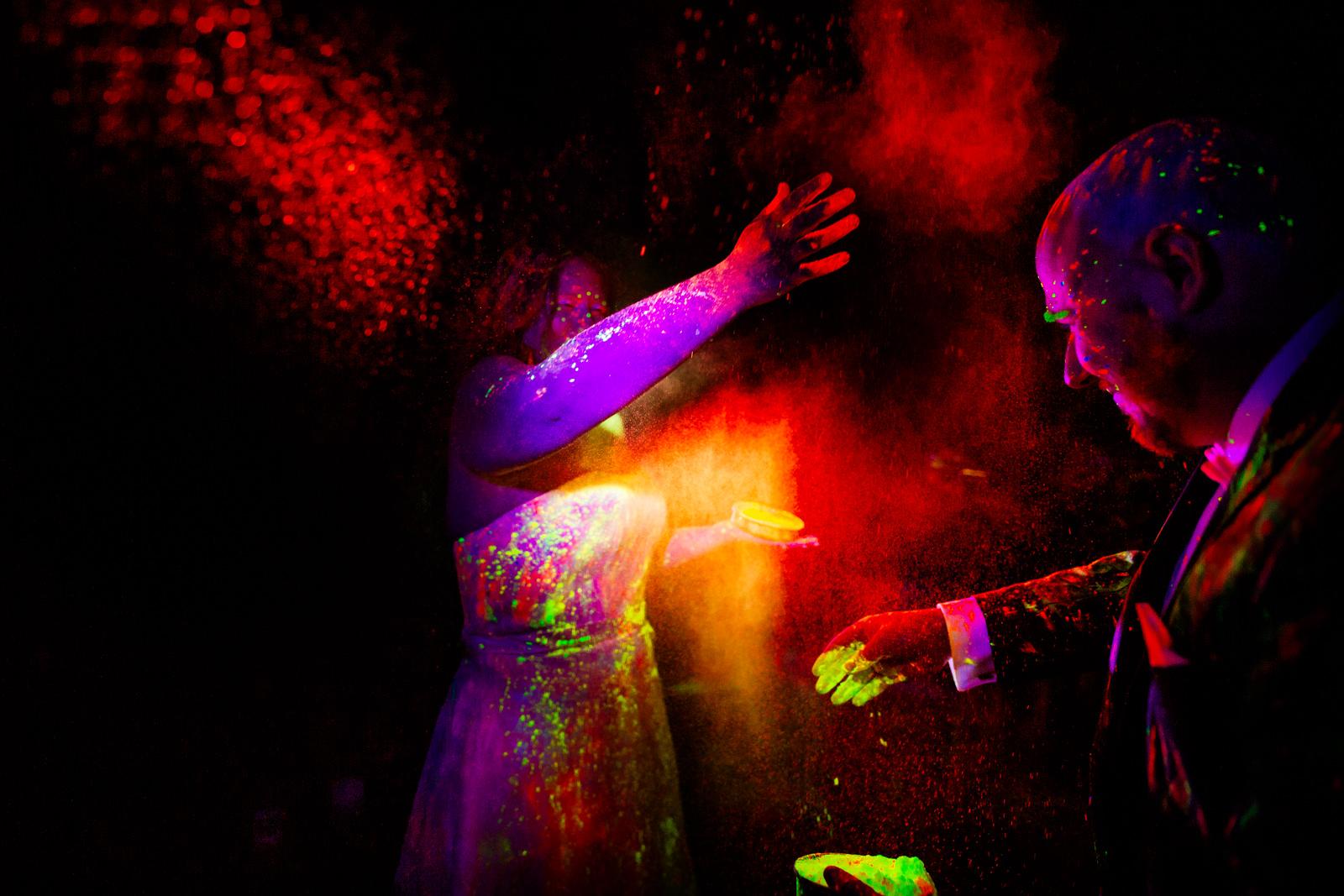 Holy Pulver bei der freien Trauung von der Trautante bei einer Schwarzlicht Hochzeit im Wald fotografiert von Hochzeitsfotograf Steven Herrschaft aus Wiesbaden