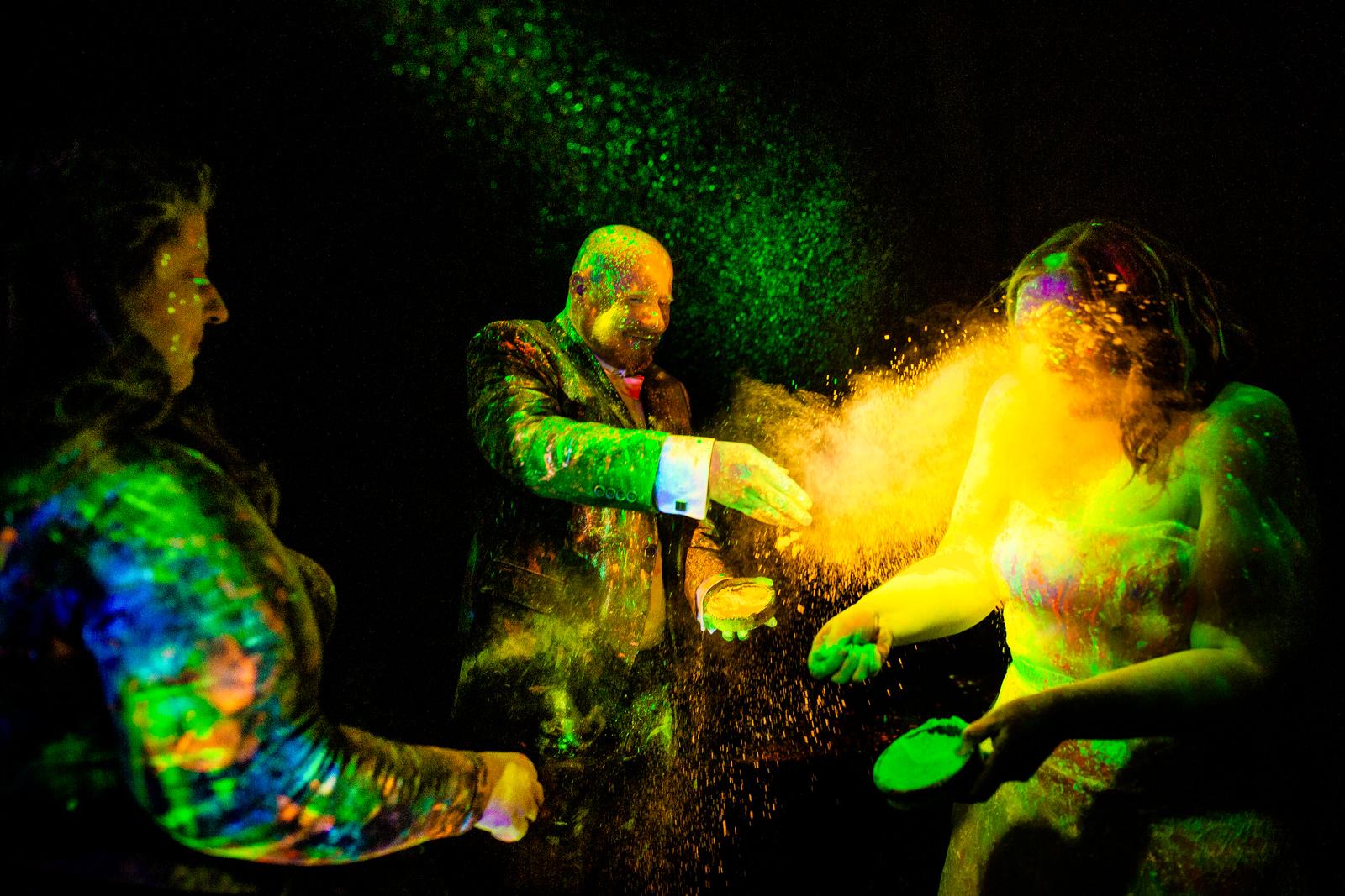 Traurednerin mit Holy Pulver bei der freien Trauung von der Trautante bei einer Schwarzlicht Hochzeit im Wald fotografiert von Hochzeitsfotograf Steven Herrschaft aus Wiesbaden