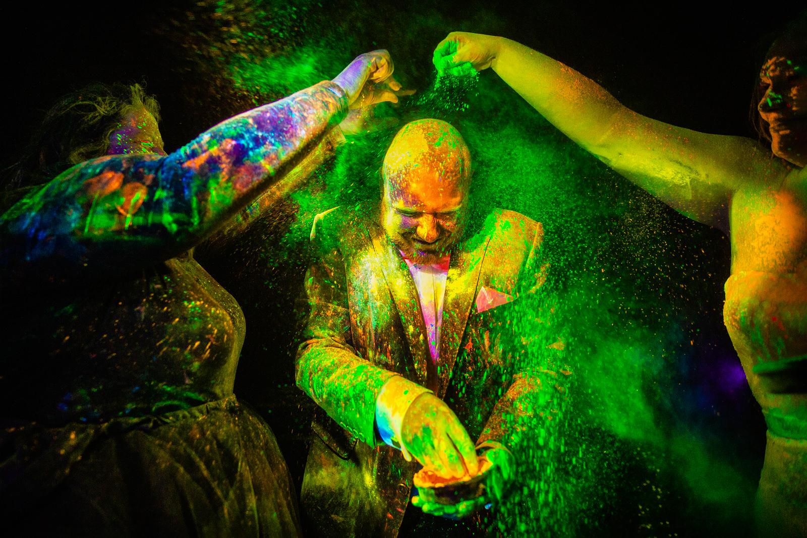 Bräutigam mit Holy Pulver bei der freien Trauung von der Trautante bei einer Schwarzlicht Hochzeit im Wald fotografiert von Hochzeitsfotograf Steven Herrschaft aus Wiesbaden