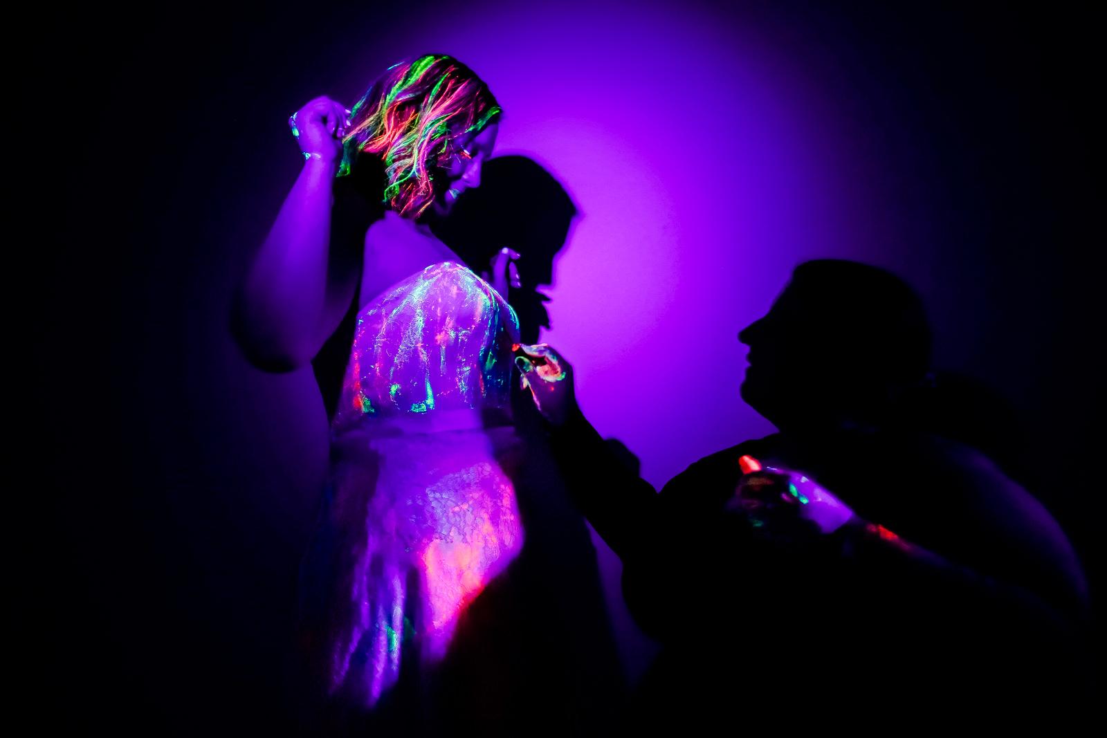 Styling der Braut bei einer Schwarzlicht Hochzeit im Wald fotografiert von Hochzeitsfotograf Steven Herrschaft aus Wiesbaden