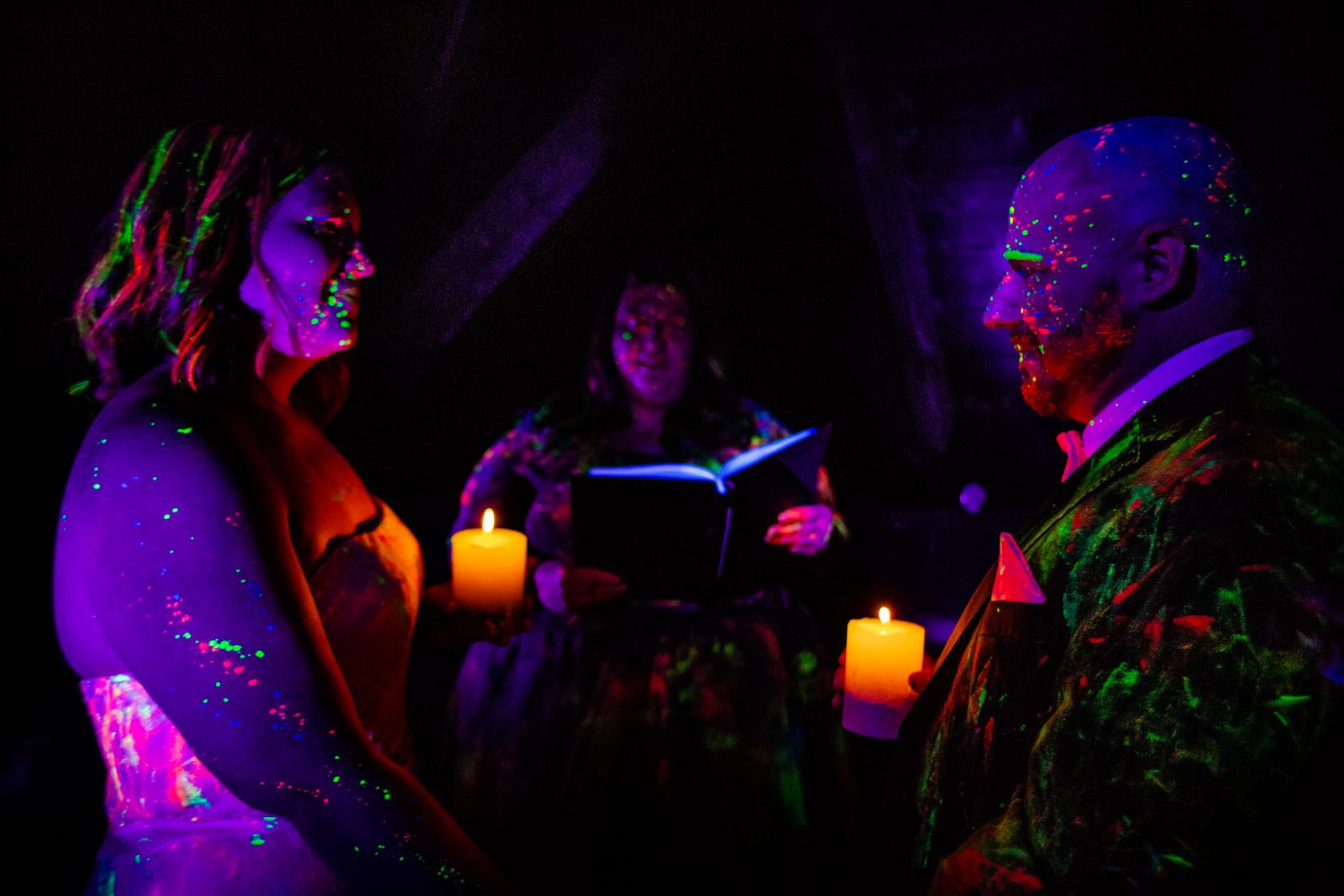 Freie Trauung von der Trautante Friederike Delong bei einer Schwarzlicht Hochzeit im Wald fotografiert von Hochzeitsfotograf Steven Herrschaft aus Wiesbaden