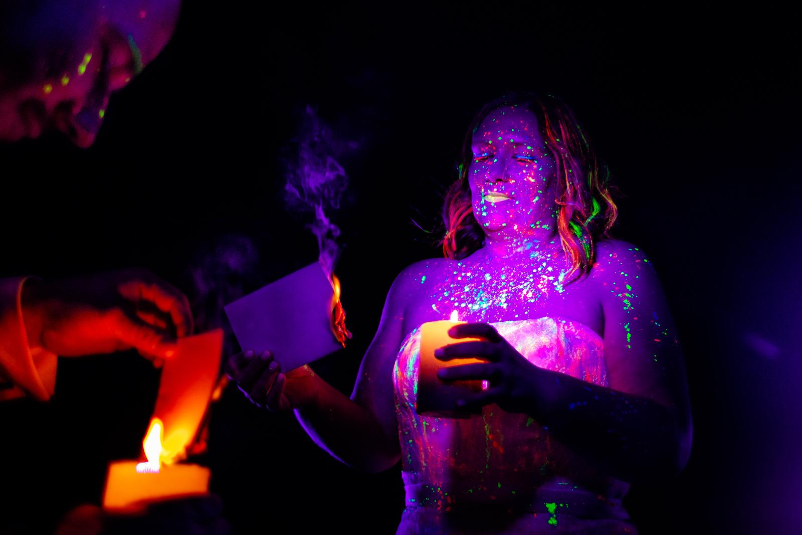 Ritual bei der freien Trauung von der Trautante bei einer Schwarzlicht Hochzeit im Wald fotografiert von Hochzeitsfotograf Steven Herrschaft aus Wiesbaden