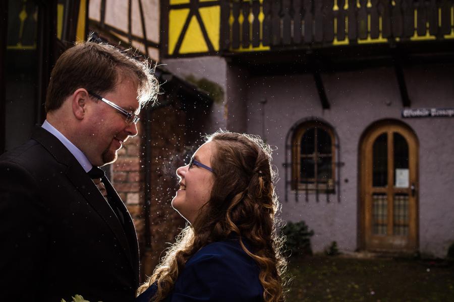 Braut und Bräutigam im Regen bei einer Hochzeit im Alten Rathaus in Michelstadt im Odenwald fotografiert von Hochzeitsfotograf Steven Herrschaft aus Wiesbaden