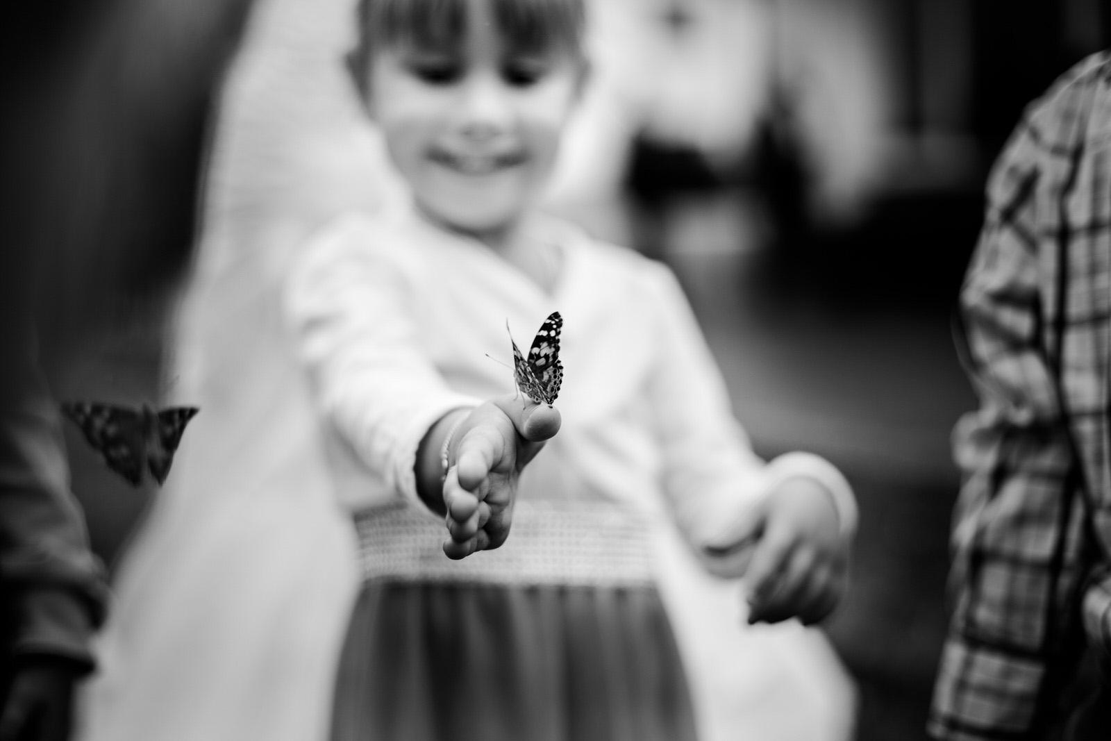 Blumenkind bei einer Hochzeit im Odenwald bei Frankfurt fotografiert von Hochzeitsfotograf Steven Herrschaft aus Wiesbaden