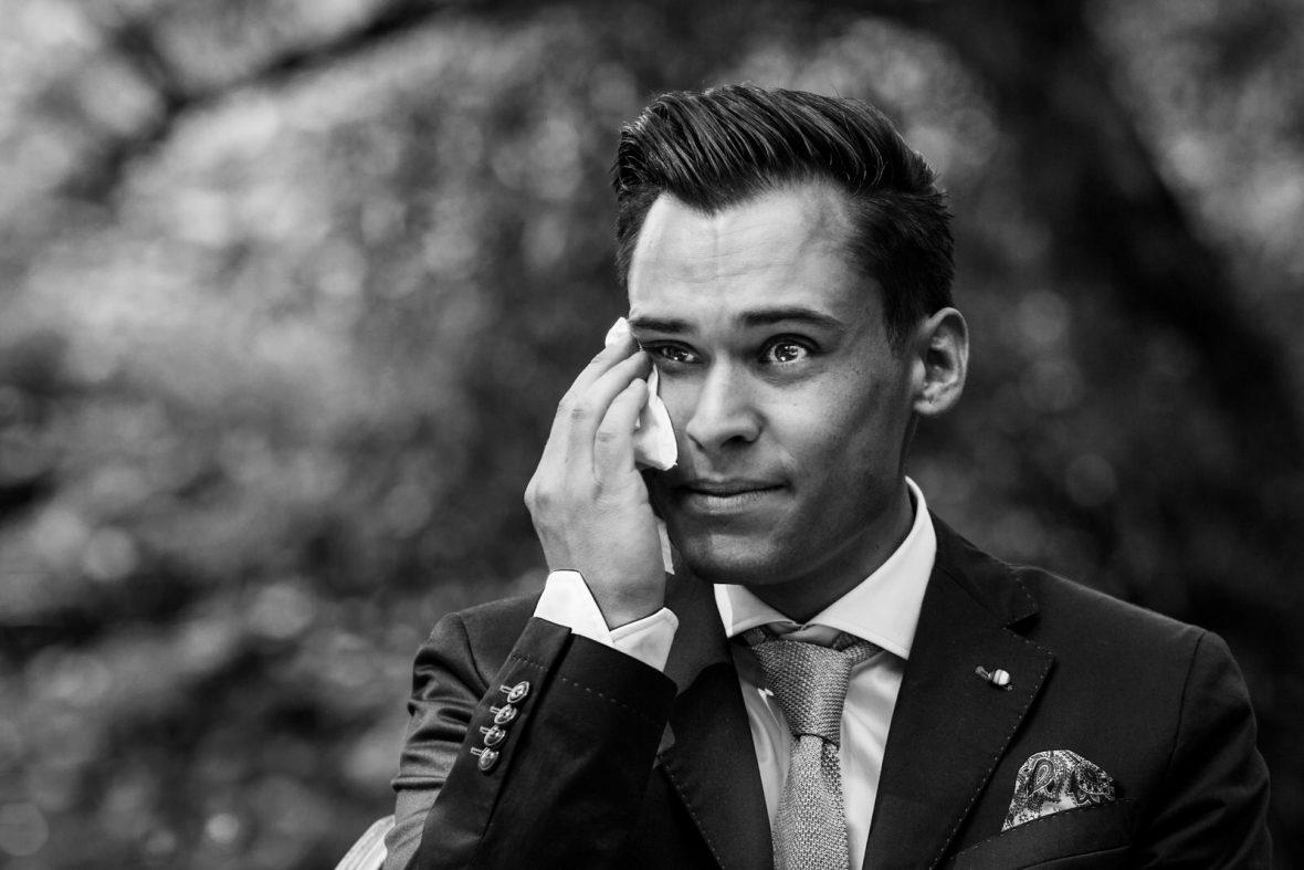 Bräutigam bei der freien Trauung mit Trautante Friederike Delong bei der Hochzeit von Mrs Marry Schicker heiraten im Bahnhof Hohenstein fotografiert von Hochzeitsfotograf Steven Herrschaft aus Wiesbaden