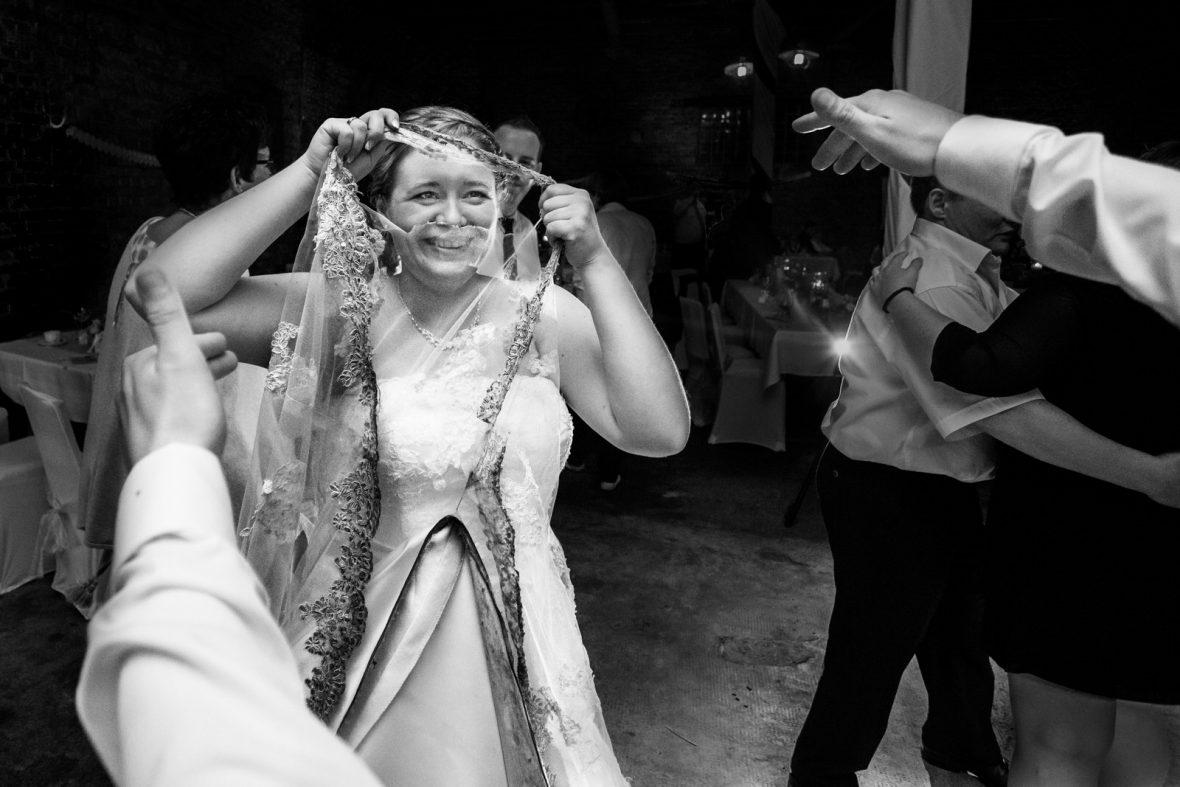Brautkleid bei einer Hochzeit der Gaststätte zur Krone in Elsenfeld in Unterfranken fotografiert von Hochzeitsfotograf Steven Herrschaft aus Wiesbaden