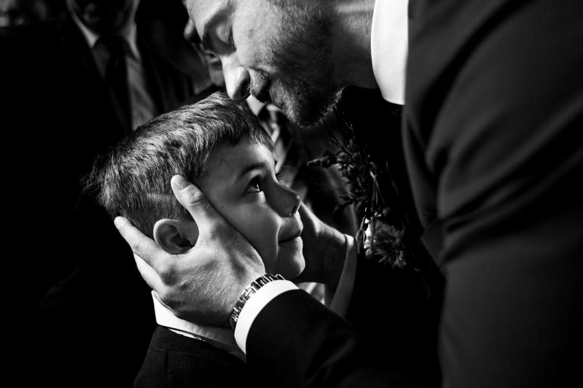 Gratulation der Gäste bei einer Hochzeit in der Herrenscheune in Laubach bei Gießen fotografiert von Hochzeitsfotograf Steven Herrschaft aus Wiesbaden