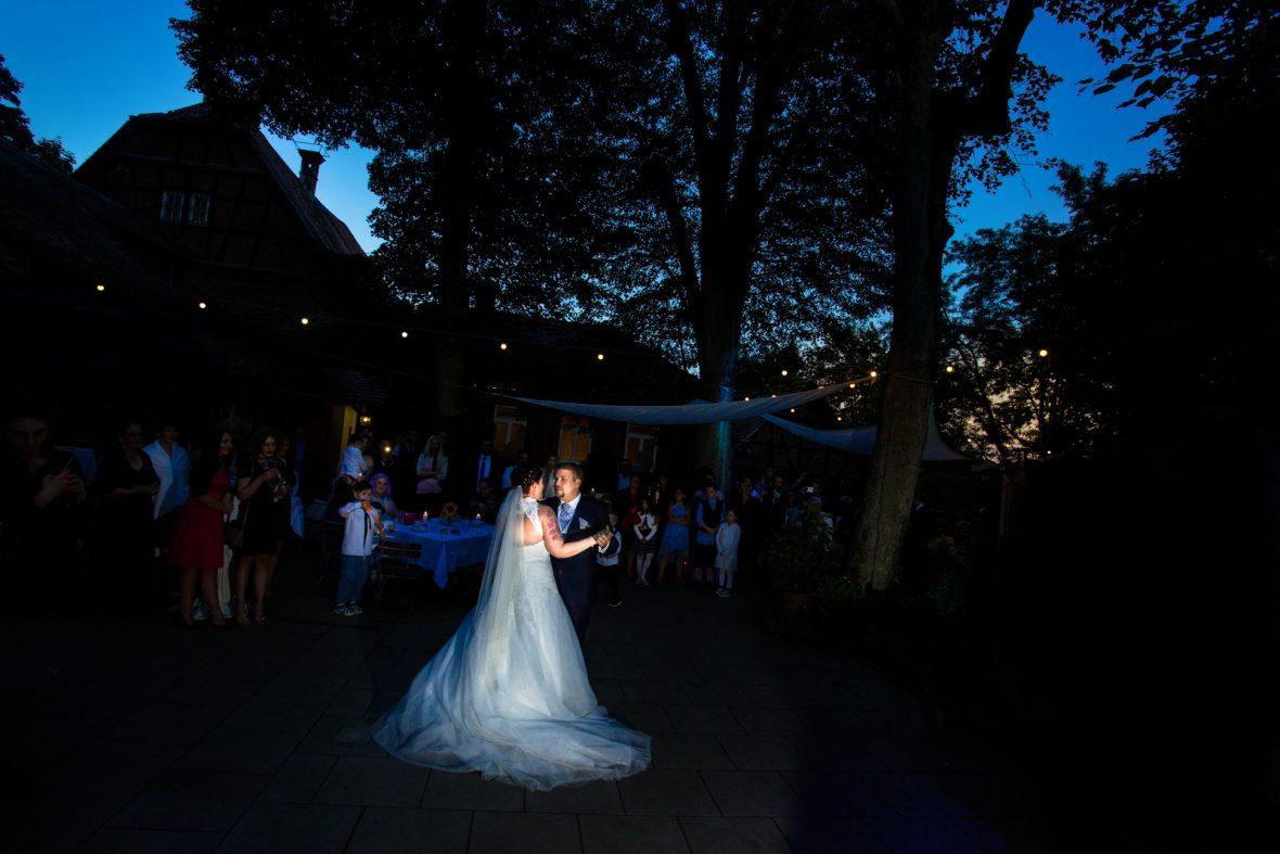 Brautpaartanz in der Roten Mühle in Bad Soden bei Frankfurt fotografiert von Hochzeitsfotograf Steven Herrschaft aus Wiesbaden