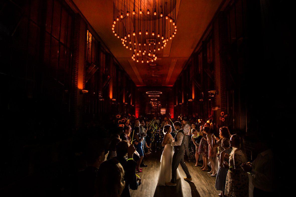 Erster Tanz des Brautpaares bei einer Hochzeit in der Weststadtbar in Darmstadt fotografiert von Hochzeitsfotograf Steven Herrschaft aus Wiesbaden