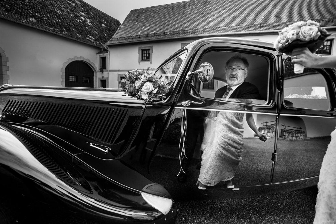 Ankunft des Brautautos auf einer Hochzeit im Bürgerhaus Giengen bei Ulm fotografiert von Hochzeitsfotograf Steven Herrschaft aus Wiesbaden