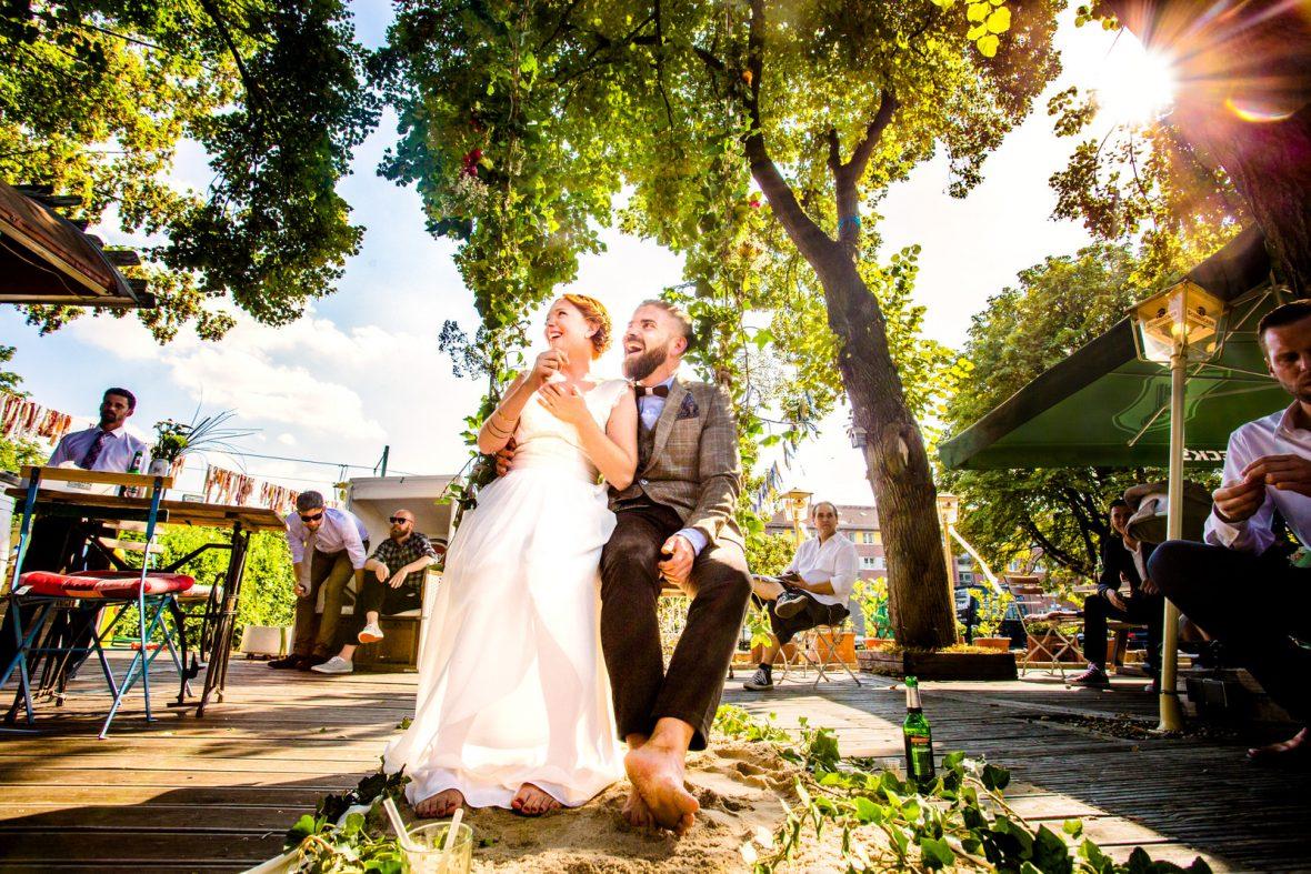 Brautpaar bei einer freien Trauung von Crazy Little Wedding Eva Hildenbeutel auf einer urbanen Hochzeit im Haus im Grünen in Frankfurt fotografiert von Hochzeitsfotograf Steven Herrschaft aus Wiesbaden