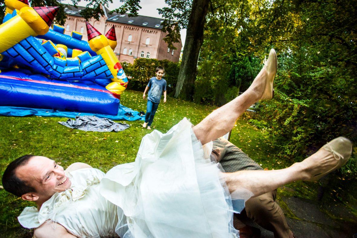 Kleidertausch mit Bräutigam Frank Ullmer und Kind auf einer Hochzeit in der Villa Lindenhof in Solingen fotografiert von Steven Herrschaft