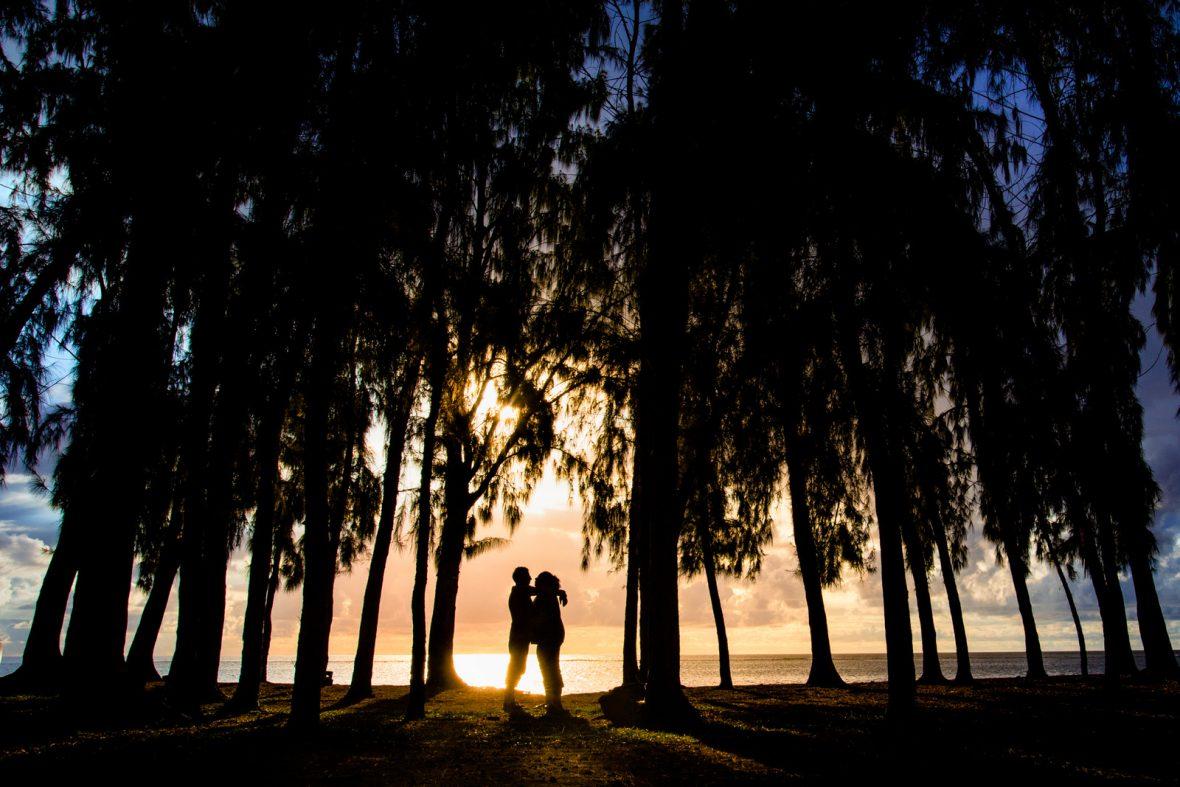 Brautpaar im Sonnenuntergang bei einer Hochzeit auf Mauritius fotografiert von Hochzeitsfotograf Steven Herrschaft aus Wiesbaden