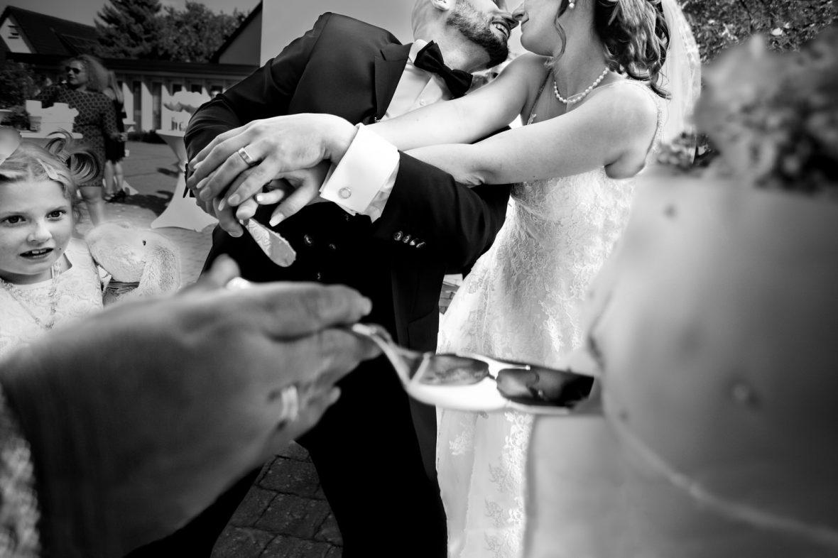 Tortenanschnitt auf einer Hochzeit auf der Insel Reichenau im Bodensee fotografiert von Hochzeitsfotograf Steven Herrschaft aus Wiesbaden