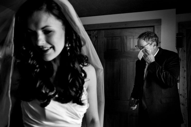 Braut mit emotionalem Brautvater auf einer Hochzeit in Virginia bei Washington D.C. fotografiert von Hochzeitsfotograf Steven Herrschaft aus Wiesbaden