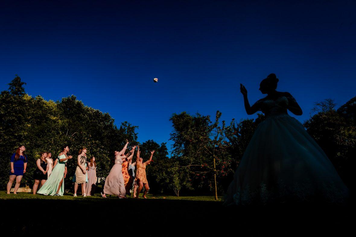 Brautstraußwurf bei einer Hochzeit im Sandhof in Heidesheim bei Mainz fotografiert von Hochzeitsfotograf Steven Herrschaft aus Wiesbaden