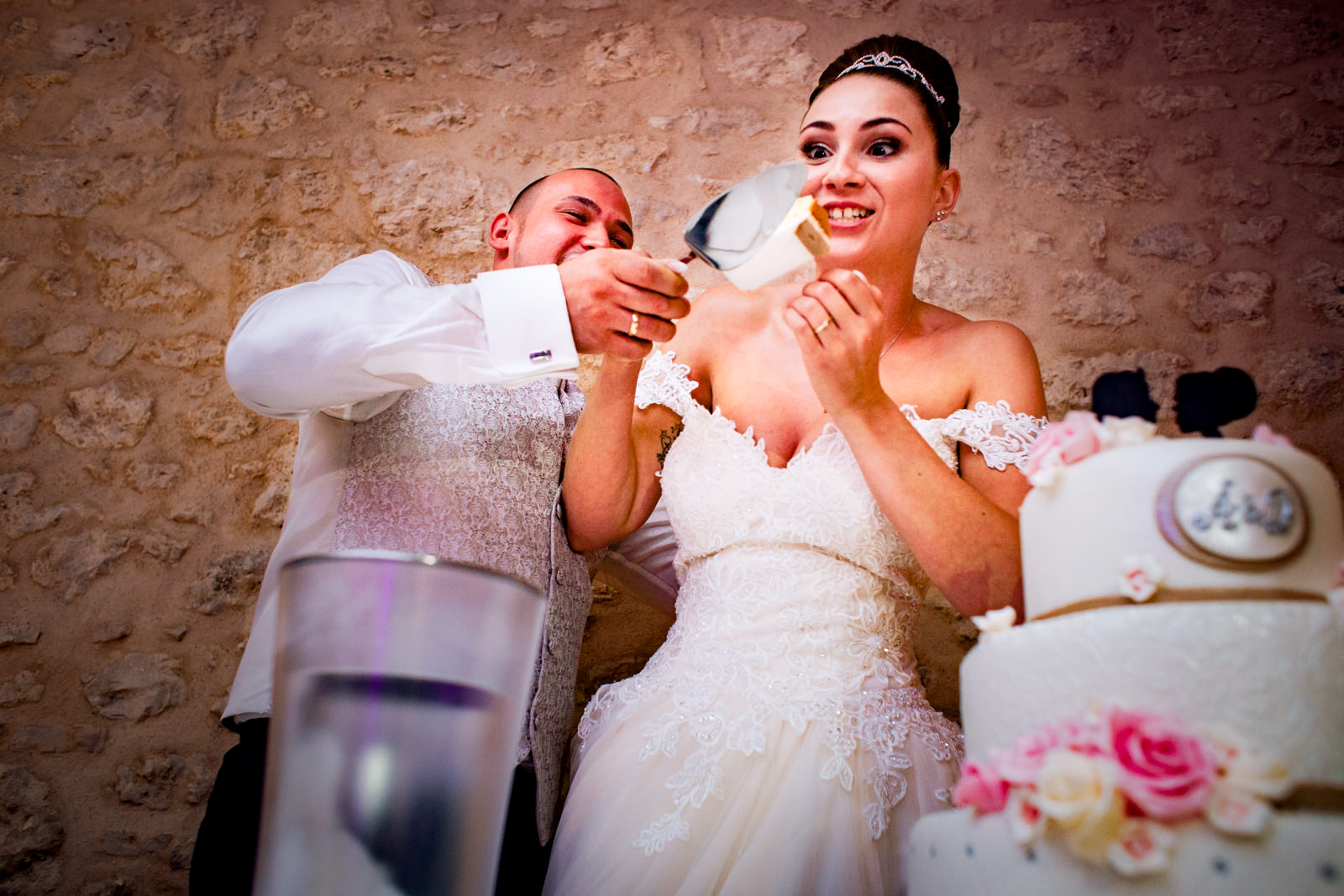 Kuchenanschnitt bei einer Hochzeit im Sandhof in Heidesheim bei Mainz fotografiert von Hochzeitsfotograf Steven Herrschaft aus Wiesbaden