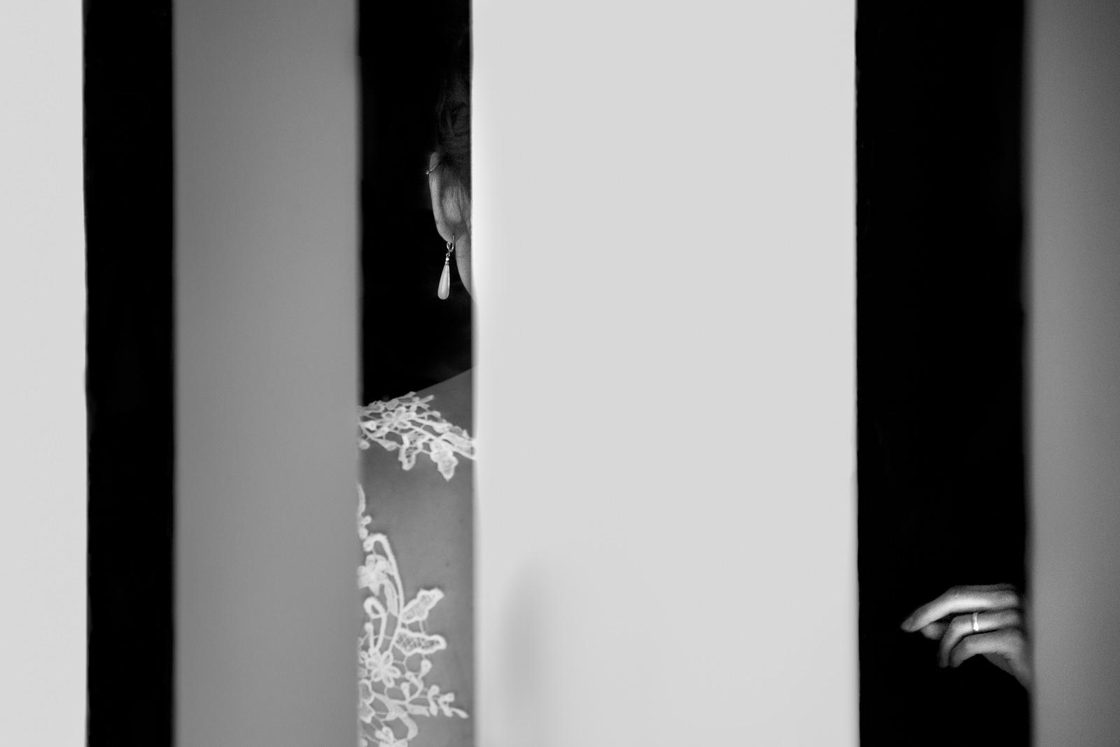 Anziehen des Brautkleides auf einer Hochzeit im Brauwerk Baden in Offenburg fotografiert von Hochzeitsfotograf Steven Herrschaft aus Wiesbaden