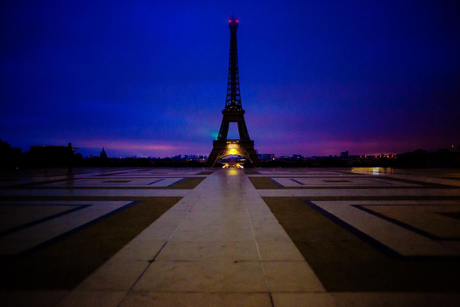 Sonnenaufgang bei einer freien Trauung von Trautante Friederike Delong auf einer Hochzeit am Eiffelturm in Paris fotografiert von Hochzeitsfotograf Steven Herrschaft aus Wiesbaden