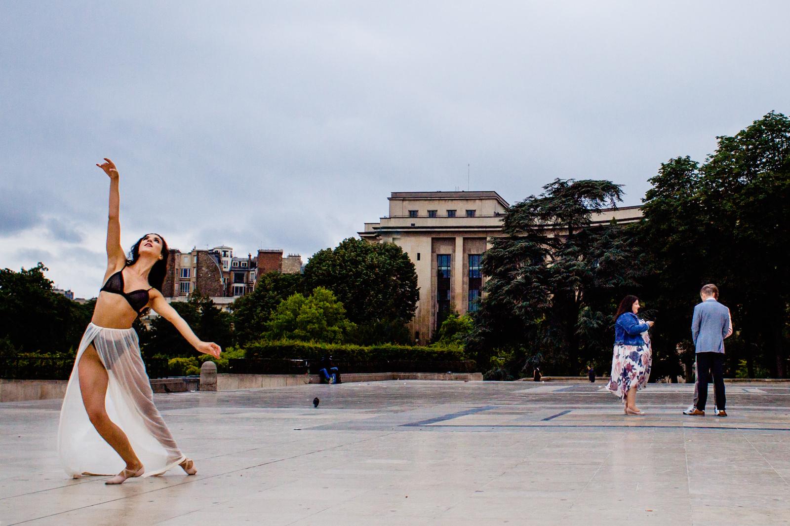 Tanzeinlage bei freier Trauung von Trautante Friederike Delong auf einer Hochzeit am Eiffelturm in Paris fotografiert von Hochzeitsfotograf Steven Herrschaft aus Wiesbaden