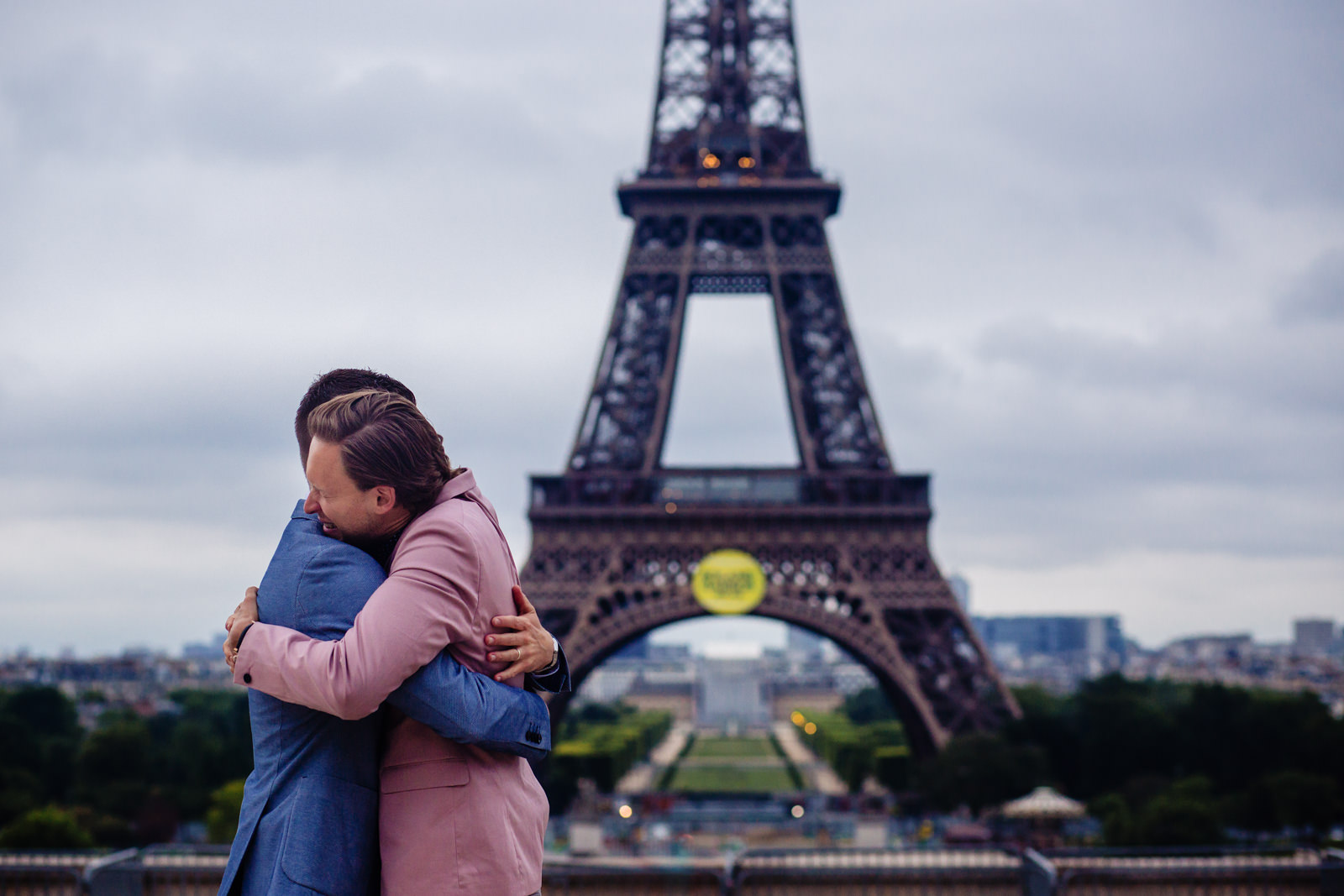 Emotionale Bräutigame bei freier Trauung von Trautante Friederike Delong auf einer Hochzeit am Eiffelturm in Paris fotografiert von Hochzeitsfotograf Steven Herrschaft aus Wiesbaden