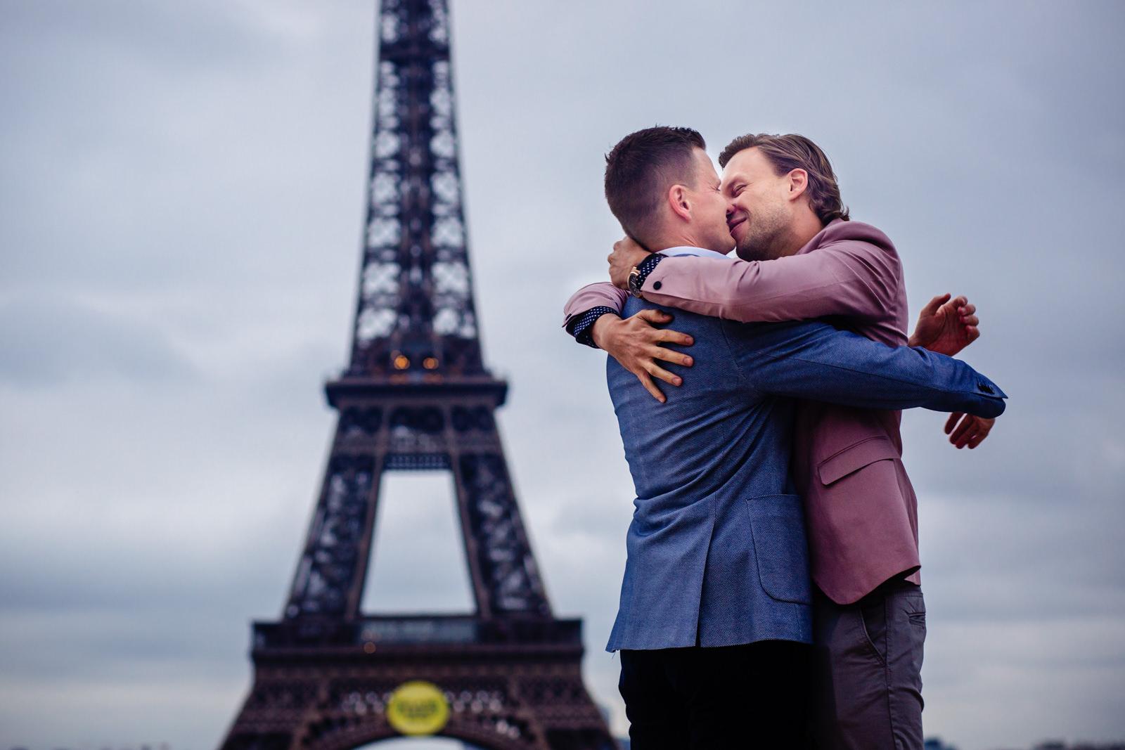 Brautpaarbild bei freier Trauung von Trautante Friederike Delong auf einer Hochzeit am Eiffelturm in Paris fotografiert von Hochzeitsfotograf Steven Herrschaft aus Wiesbaden