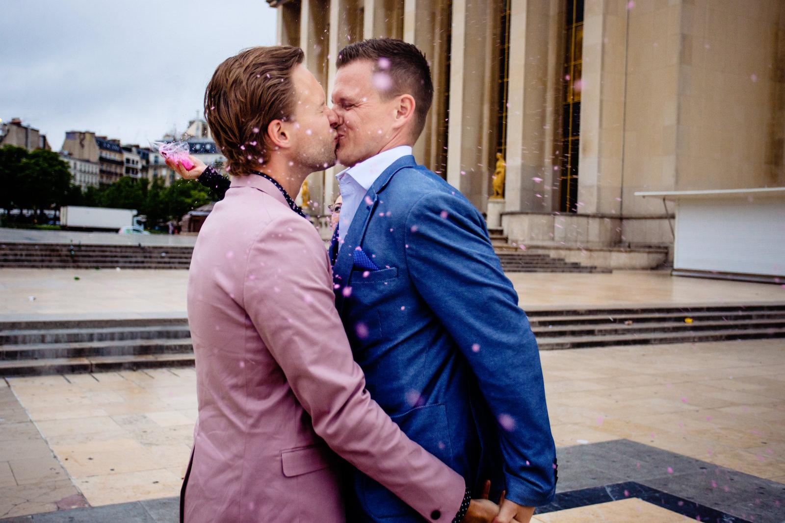 Auszug des Brautpaares bei freier Trauung von Trautante Friederike Delong auf einer Hochzeit am Eiffelturm in Paris fotografiert von Hochzeitsfotograf Steven Herrschaft aus Wiesbaden
