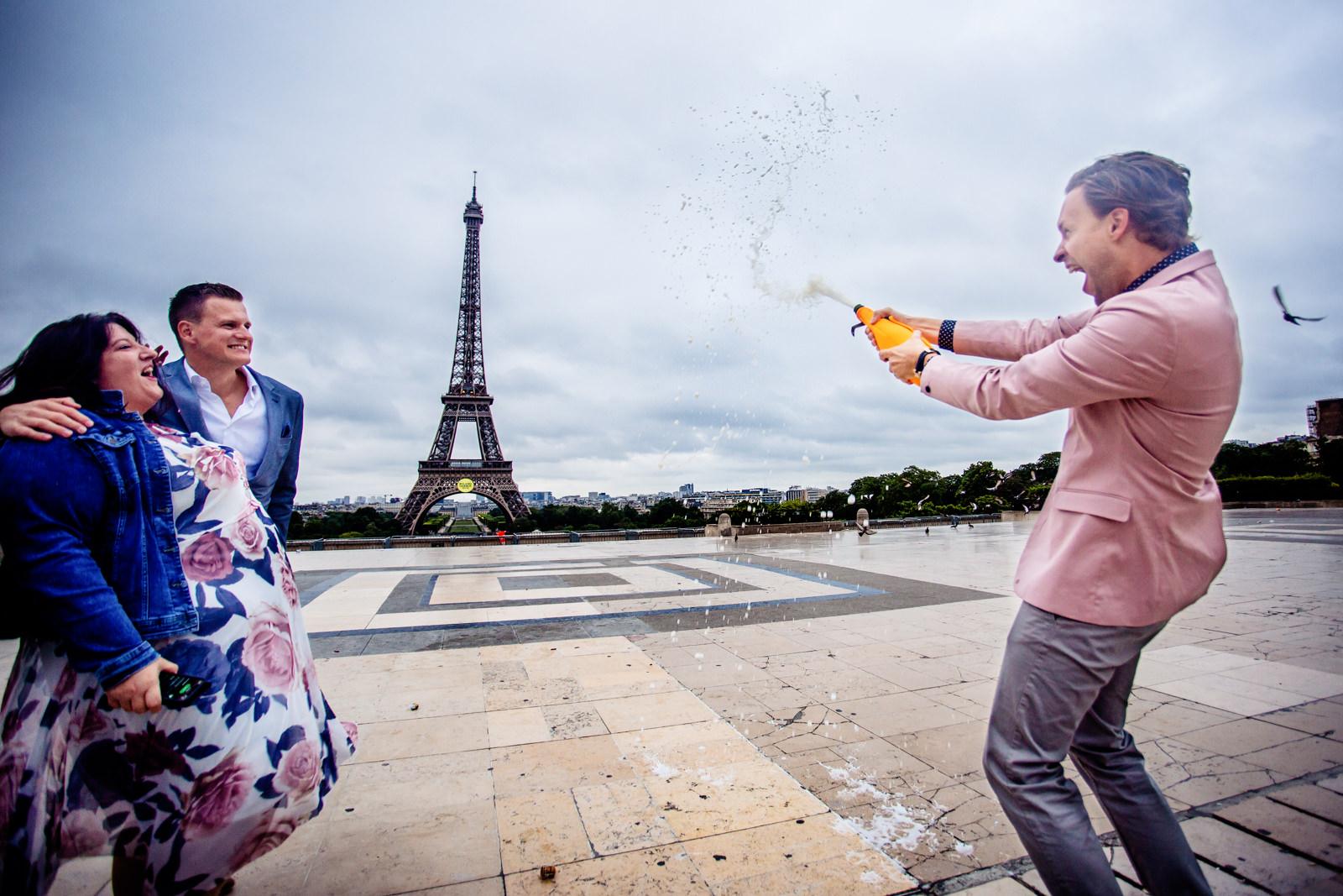 Feier mit Champagner bei freier Trauung von Trautante Friederike Delong auf einer Hochzeit am Eiffelturm in Paris fotografiert von Hochzeitsfotograf Steven Herrschaft aus Wiesbaden