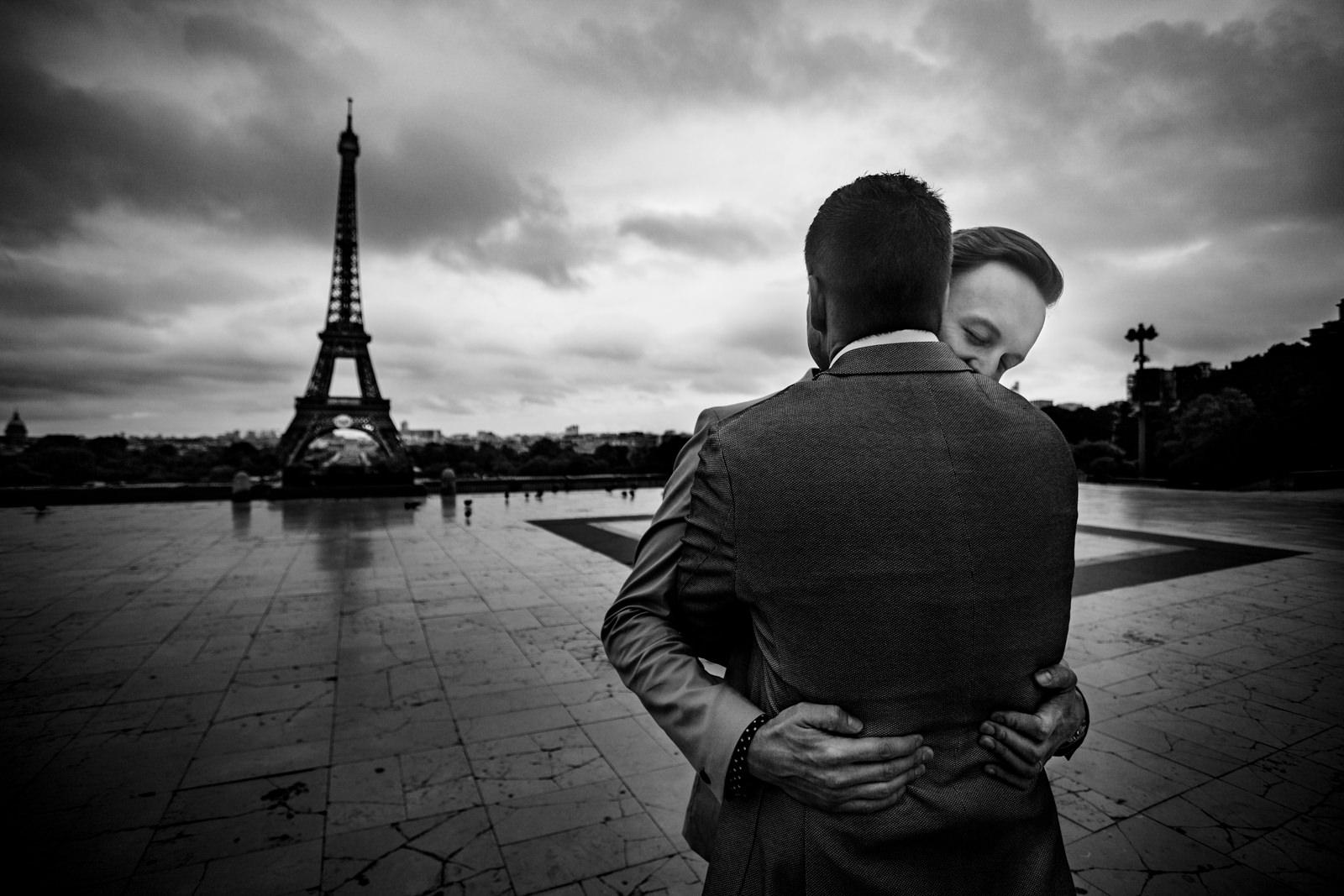 Gratulation bei freier Trauung von Trautante Friederike Delong auf einer Hochzeit am Eiffelturm in Paris fotografiert von Hochzeitsfotograf Steven Herrschaft aus Wiesbaden