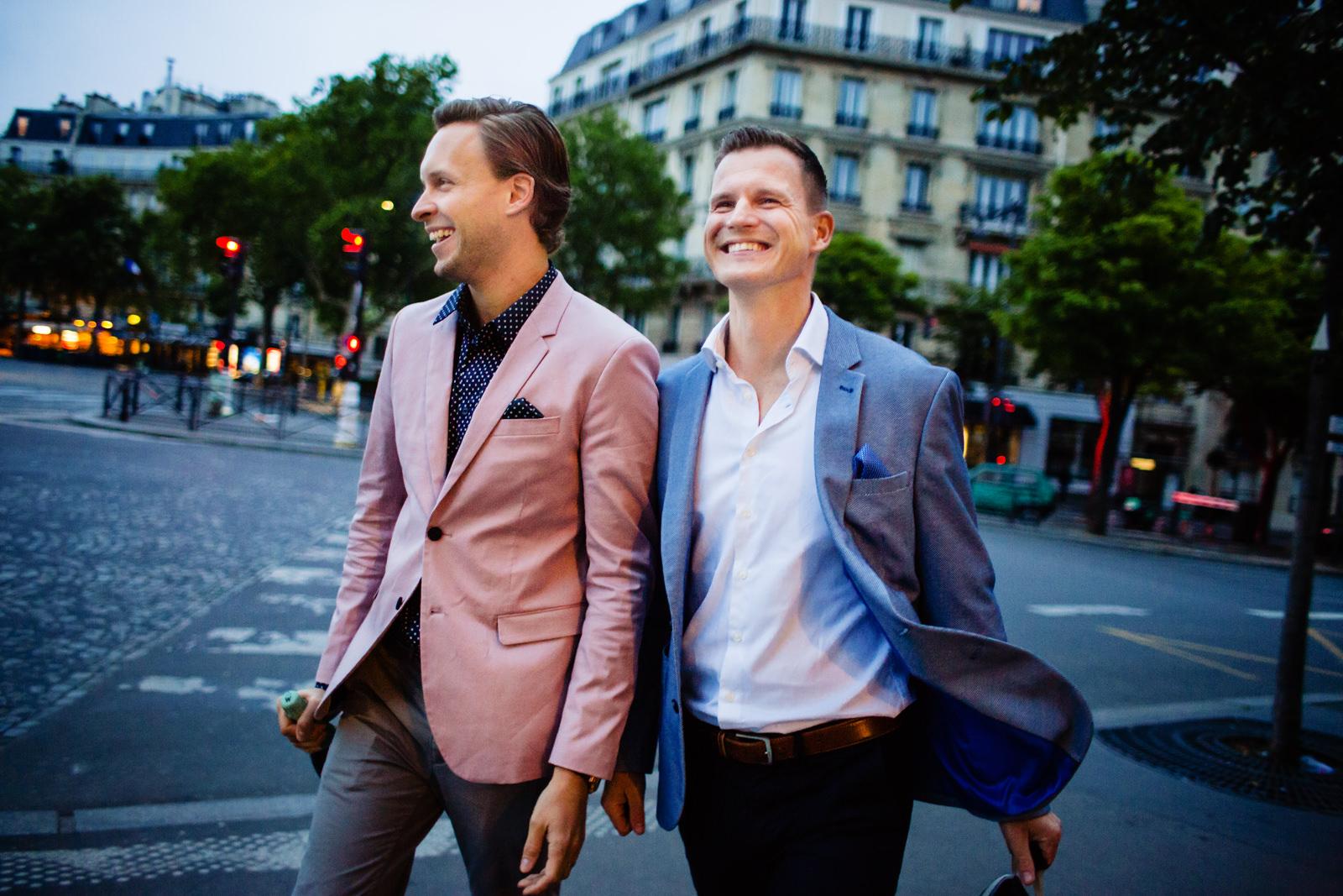 Einzug des Brautpaares bei einer freien Trauung von Trautante Friederike Delong auf einer Hochzeit am Eiffelturm in Paris fotografiert von Hochzeitsfotograf Steven Herrschaft aus Wiesbaden