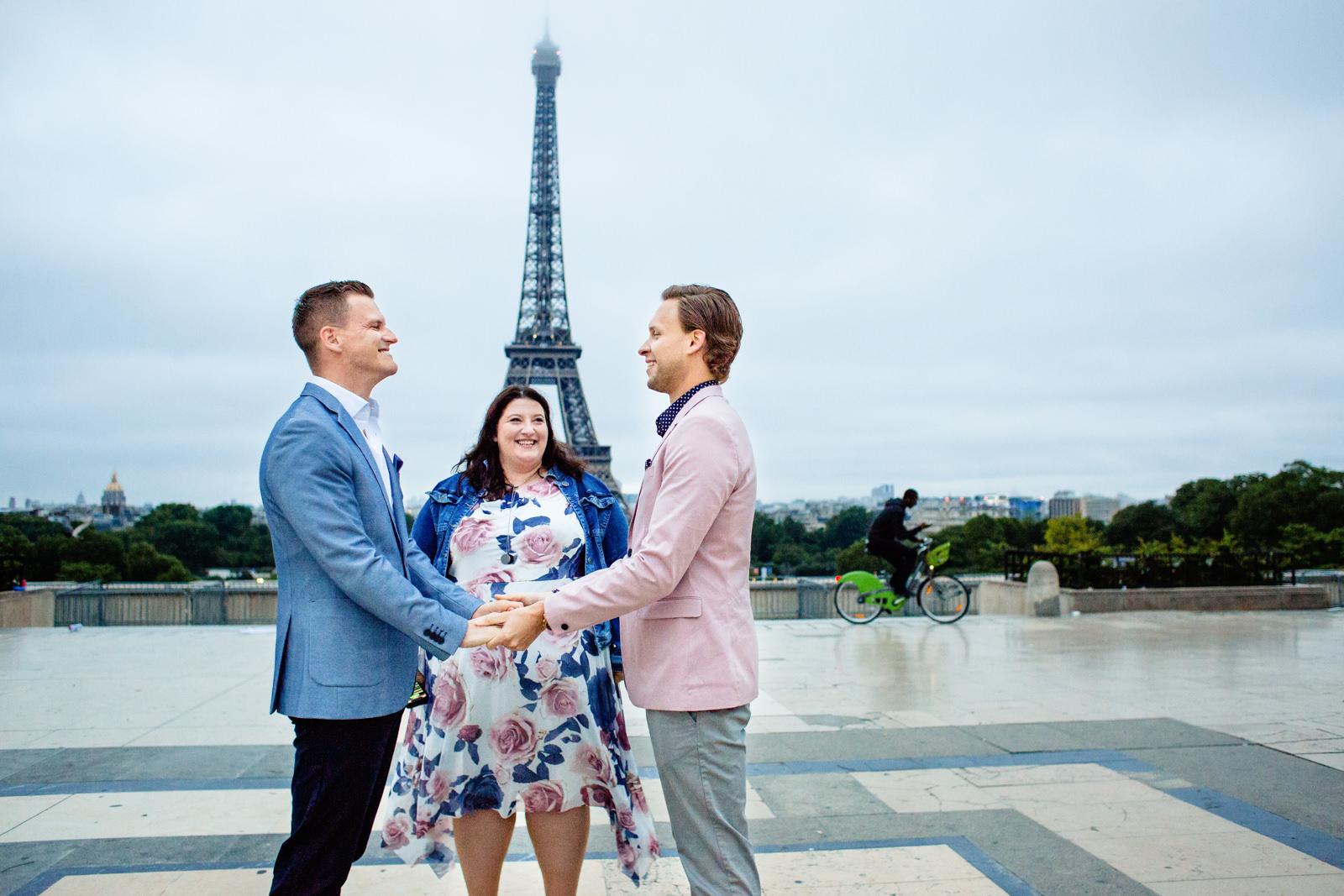 Freie Trauung von Trautante Friederike Delong auf einer Jungshochzeit am Eiffelturm in Paris fotografiert von Hochzeitsfotograf Steven Herrschaft aus Wiesbaden