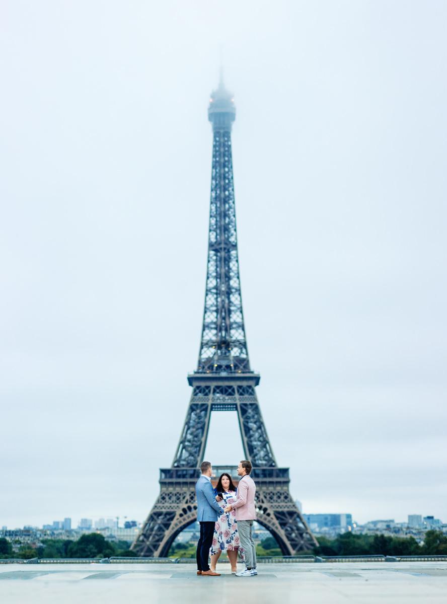 Freie Trauung von Trautante Friederike Delong auf einer schwulen Hochzeit am Eiffelturm in Paris fotografiert von Hochzeitsfotograf Steven Herrschaft aus Wiesbaden