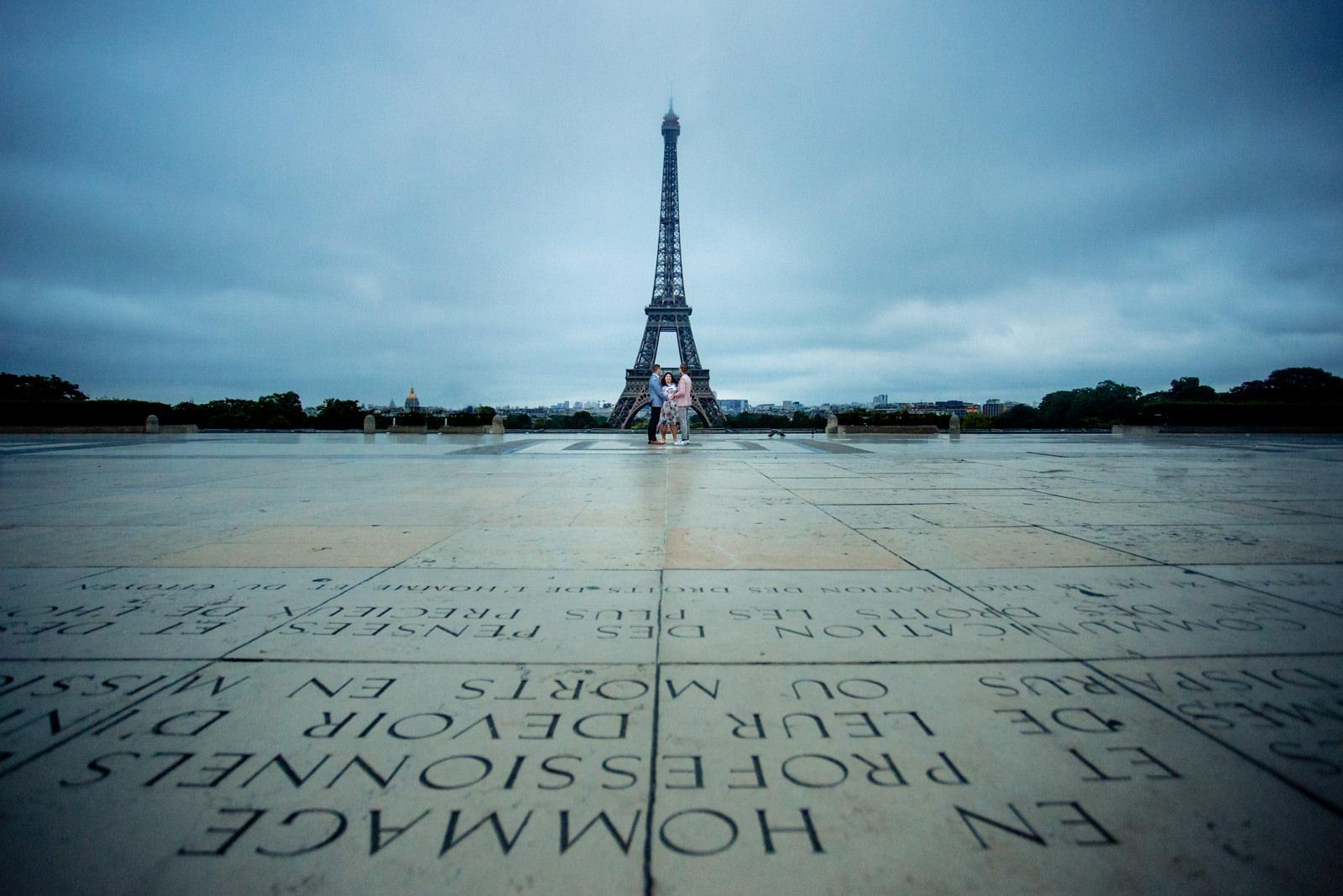 Freie Trauung von Trautante Friederike Delong auf einem Elopement am Eiffelturm in Paris fotografiert von Hochzeitsfotograf Steven Herrschaft aus Wiesbaden