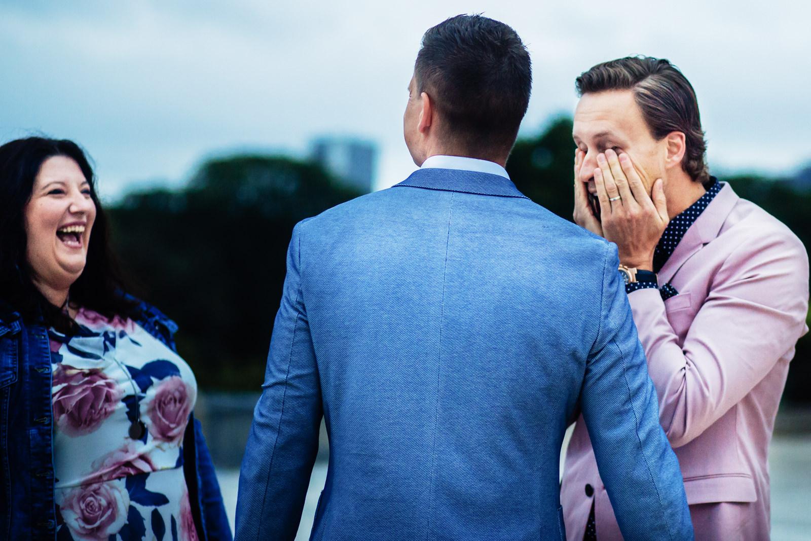 Emotionaler Bräutigam bei freier Trauung von Trautante Friederike Delong auf einer Hochzeit am Eiffelturm in Paris fotografiert von Hochzeitsfotograf Steven Herrschaft aus Wiesbaden