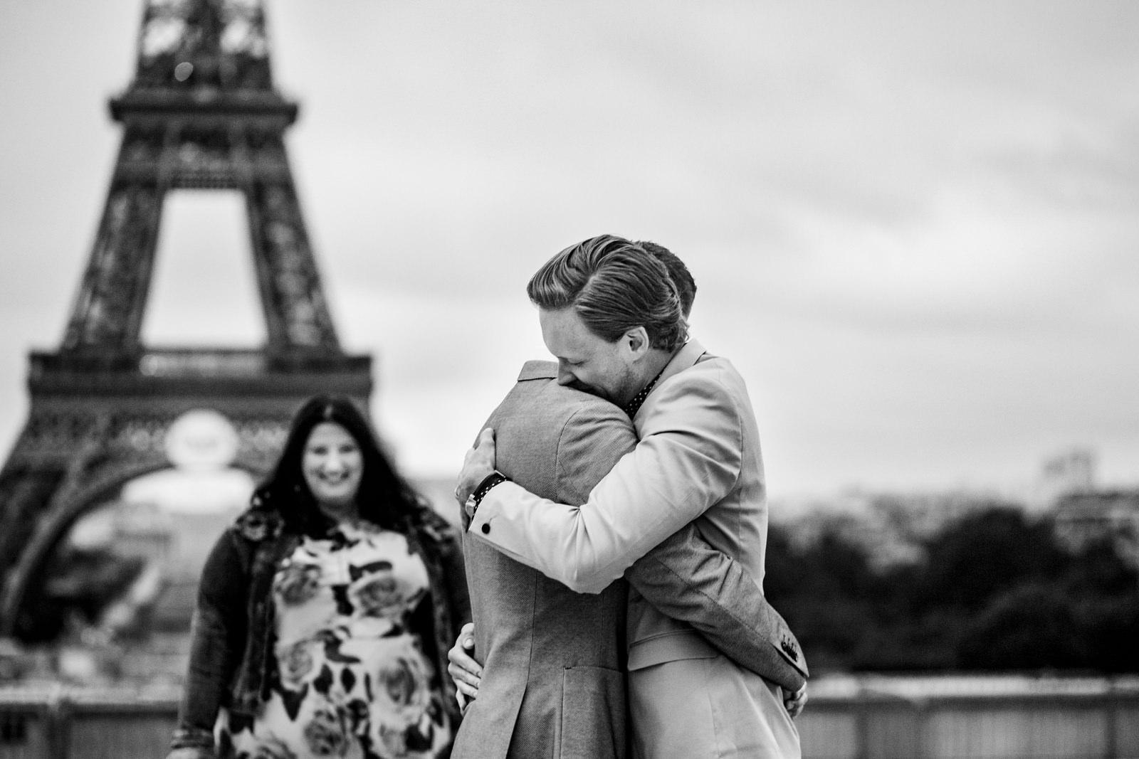 Brautpaar bei freier Trauung von Trautante Friederike Delong auf einer Hochzeit am Eiffelturm in Paris fotografiert von Hochzeitsfotograf Steven Herrschaft aus Wiesbaden