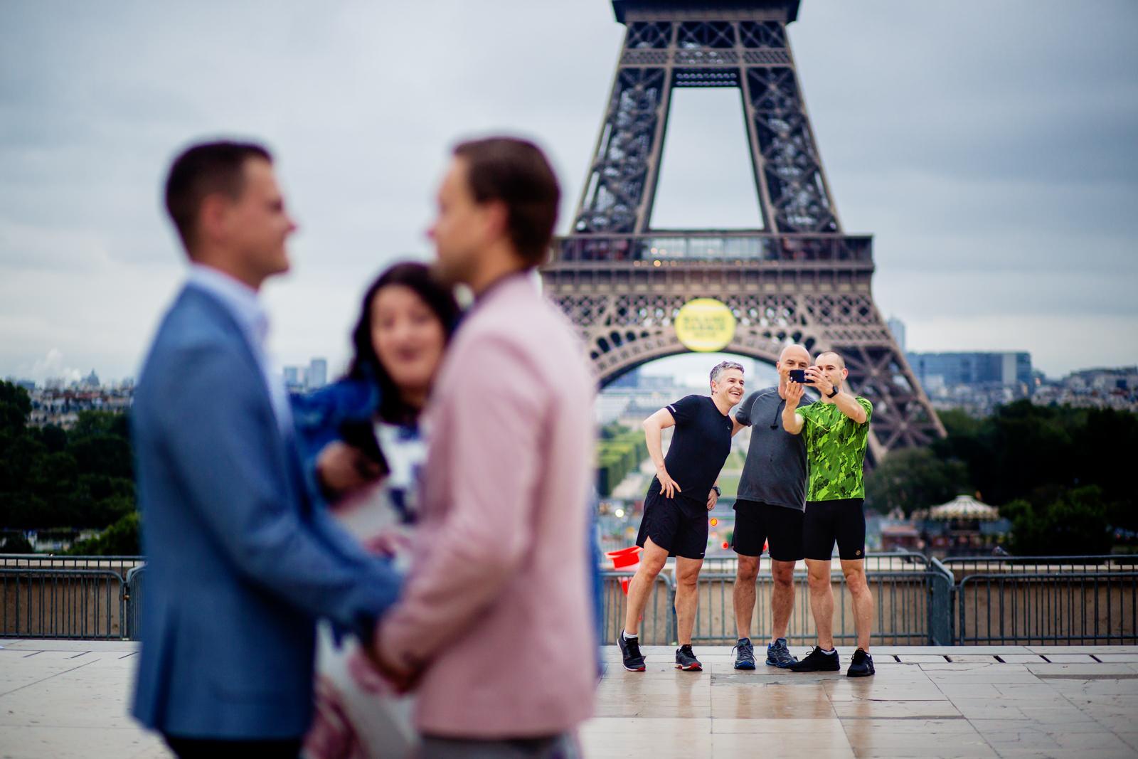 Gäste bei freier Trauung von Trautante Friederike Delong auf einer Hochzeit am Eiffelturm in Paris fotografiert von Hochzeitsfotograf Steven Herrschaft aus Wiesbaden