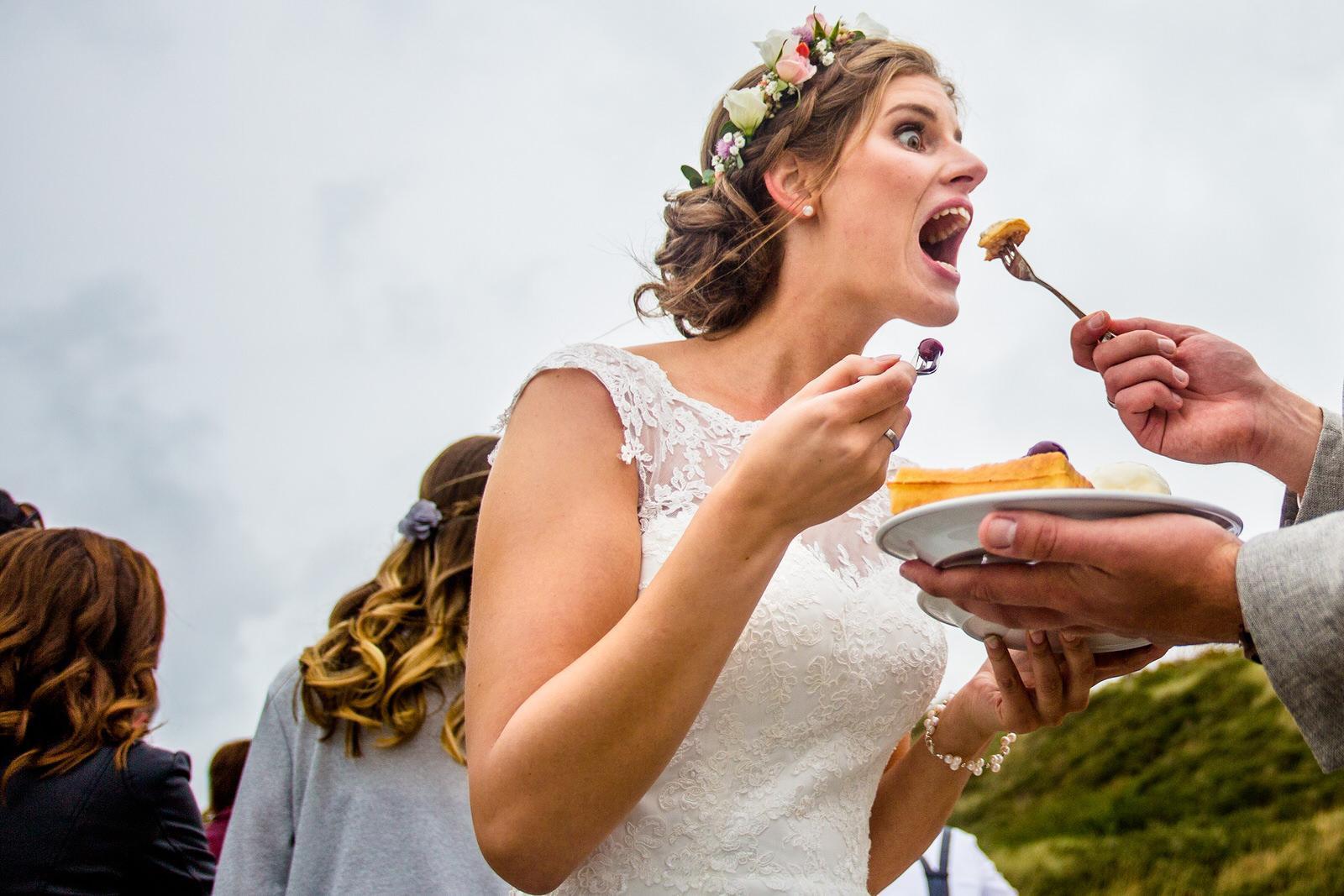Tortenanschnitt auf einer Hochzeit in Zoutelande mit Isabelle Hattink fotografiert von Hochzeitsfotograf Steven Herrschaft aus Wiesbaden