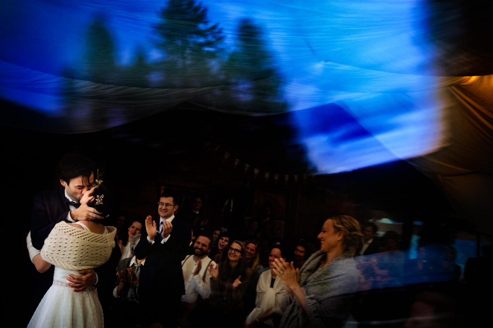 Erster Kuss bei einer freien Trauung von Trautante Friederike Delong auf einer Hochzeit auf der Kalchkendlalm in Rauris fotografiert von Hochzeitsfotograf Steven Herrschaft aus Wiesbaden
