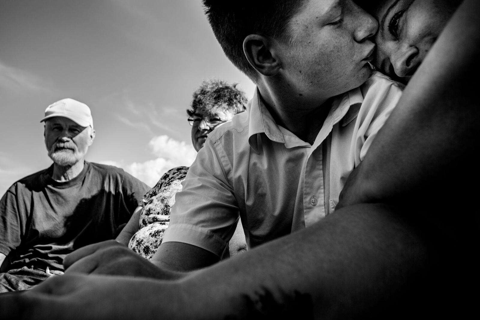 Emotionale Gäste bei freier Trauung von Trautante Friederike Delong bei einer Hochzeit auf einem Boot in Hamburg fotografiert von Hochzeitsfotograf Steven Herrschaft aus Wiesbaden