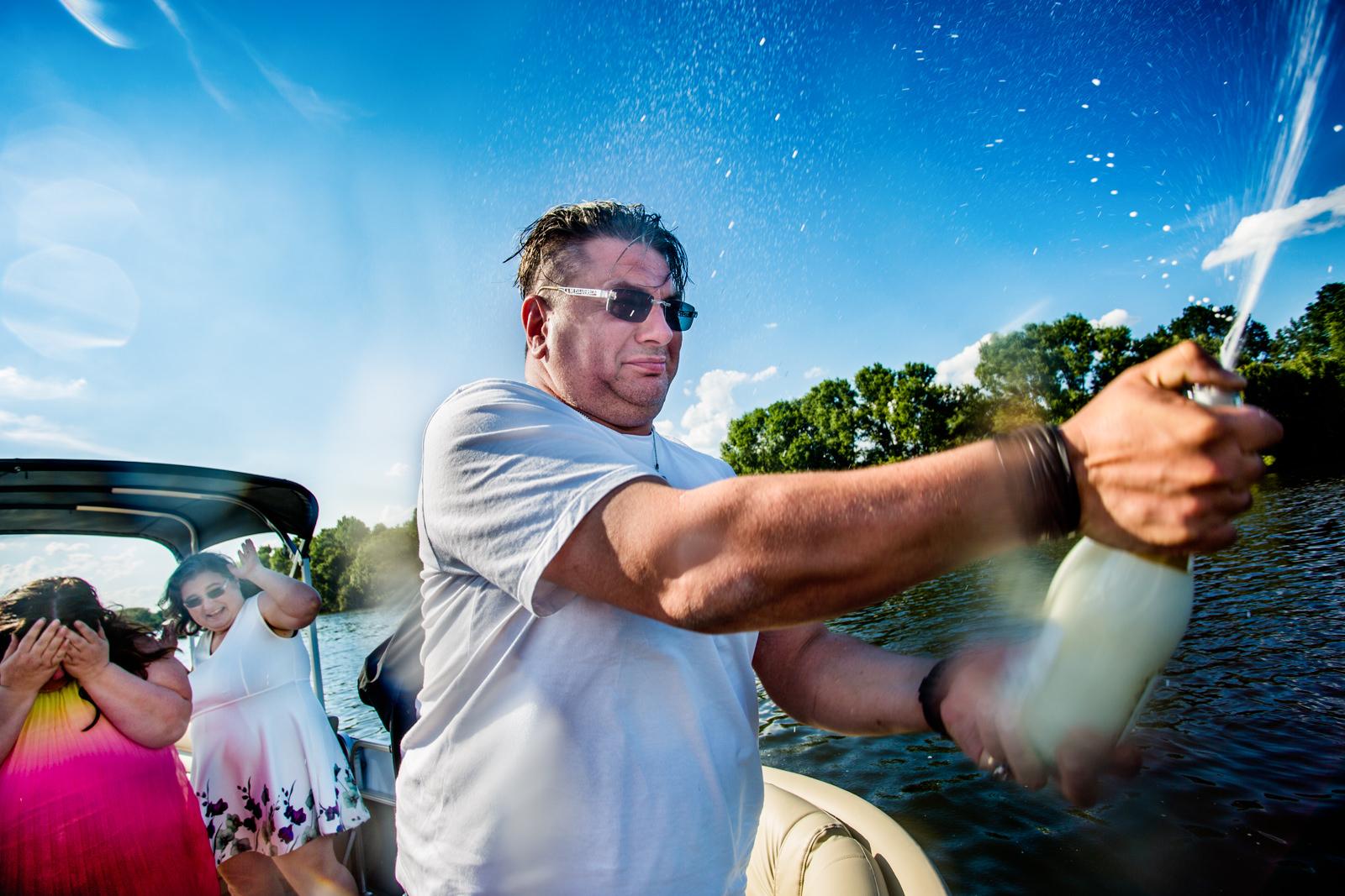 Champagner sprühen bei freier Trauung von Trautante Friederike Delong bei einer Hochzeit auf einem Boot in Hamburg fotografiert von Hochzeitsfotograf Steven Herrschaft aus Wiesbaden