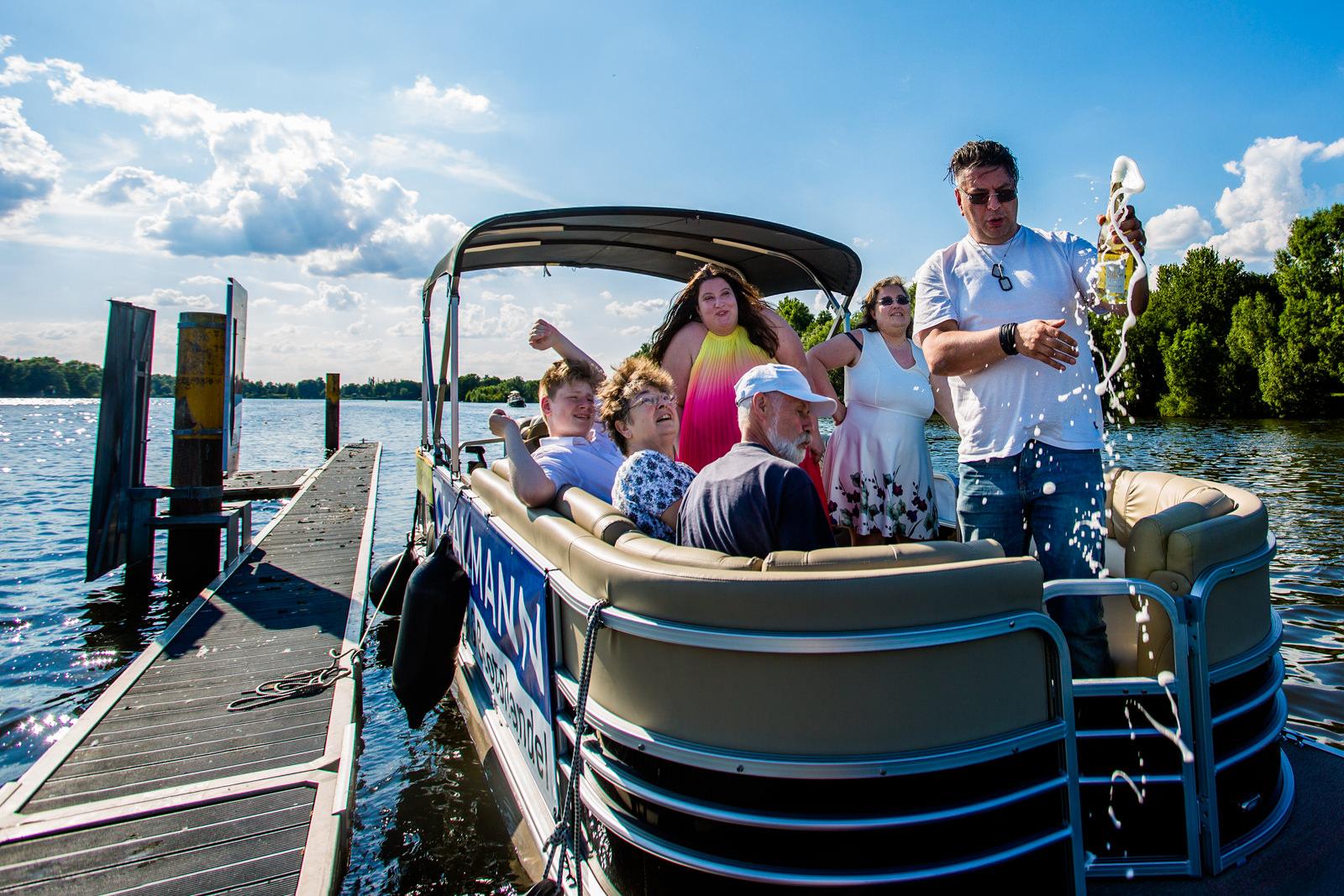 Champagnerdusche bei freier Trauung von Trautante Friederike Delong bei einer Hochzeit auf einem Boot in Hamburg fotografiert von Hochzeitsfotograf Steven Herrschaft aus Wiesbaden