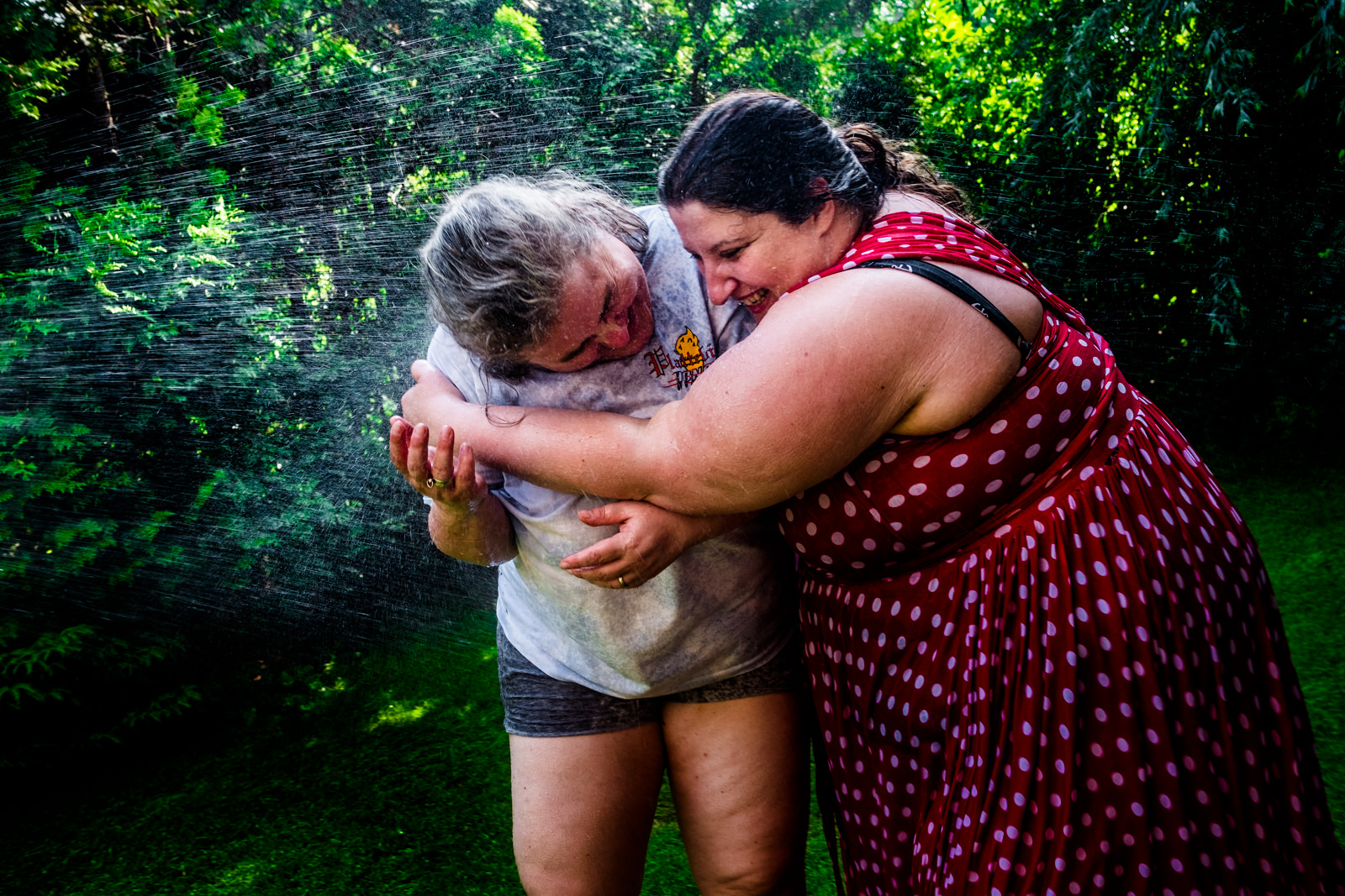 Wasserschlacht bei freier Trauung von Trautante Friederike Delong bei einer Gartenhochzeit in Hamburg fotografiert von Hochzeitsfotograf Steven Herrschaft aus Wiesbaden