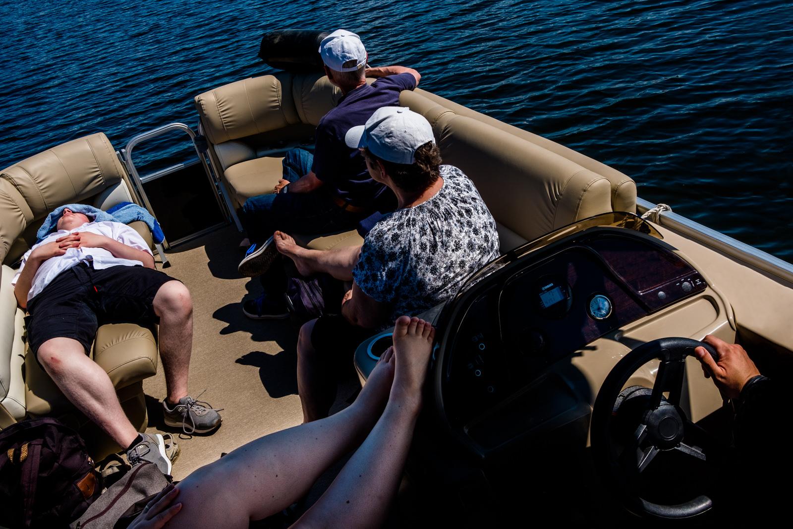 Foto von Hochzeitsgästen der freien Trauung von Trautante Friederike Delong bei einer Hochzeit auf einem Boot in Hamburg fotografiert von Hochzeitsfotograf Steven Herrschaft aus Wiesbaden