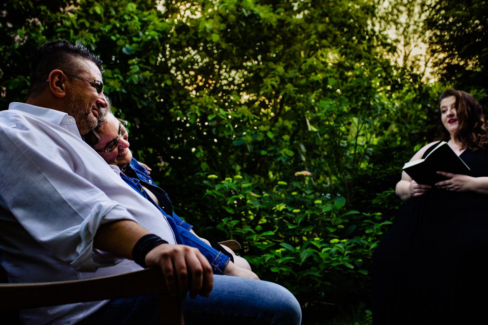 Brautpaarfoto bei freier Trauung von Trautante Friederike Delong bei einer Gartenhochzeit in Hamburg fotografiert von Hochzeitsfotograf Steven Herrschaft aus Wiesbaden