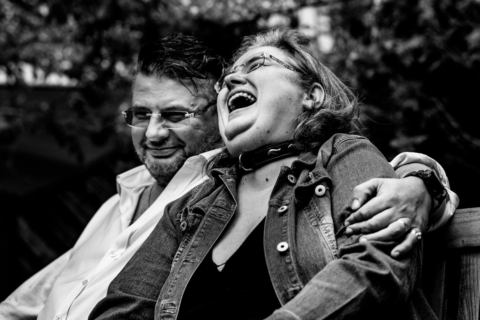 Hochzeitspaar bei freier Trauung von Trautante Friederike Delong bei einer Gartenhochzeit in Hamburg fotografiert von Hochzeitsfotograf Steven Herrschaft aus Wiesbaden