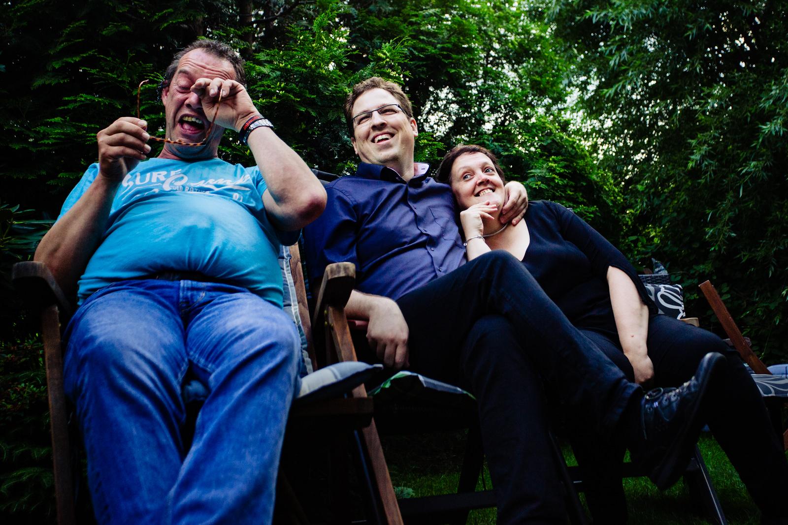 Hochzeitsgäste bei freier Trauung von Trautante Friederike Delong bei einer Gartenhochzeit in Hamburg fotografiert von Hochzeitsfotograf Steven Herrschaft aus Wiesbaden