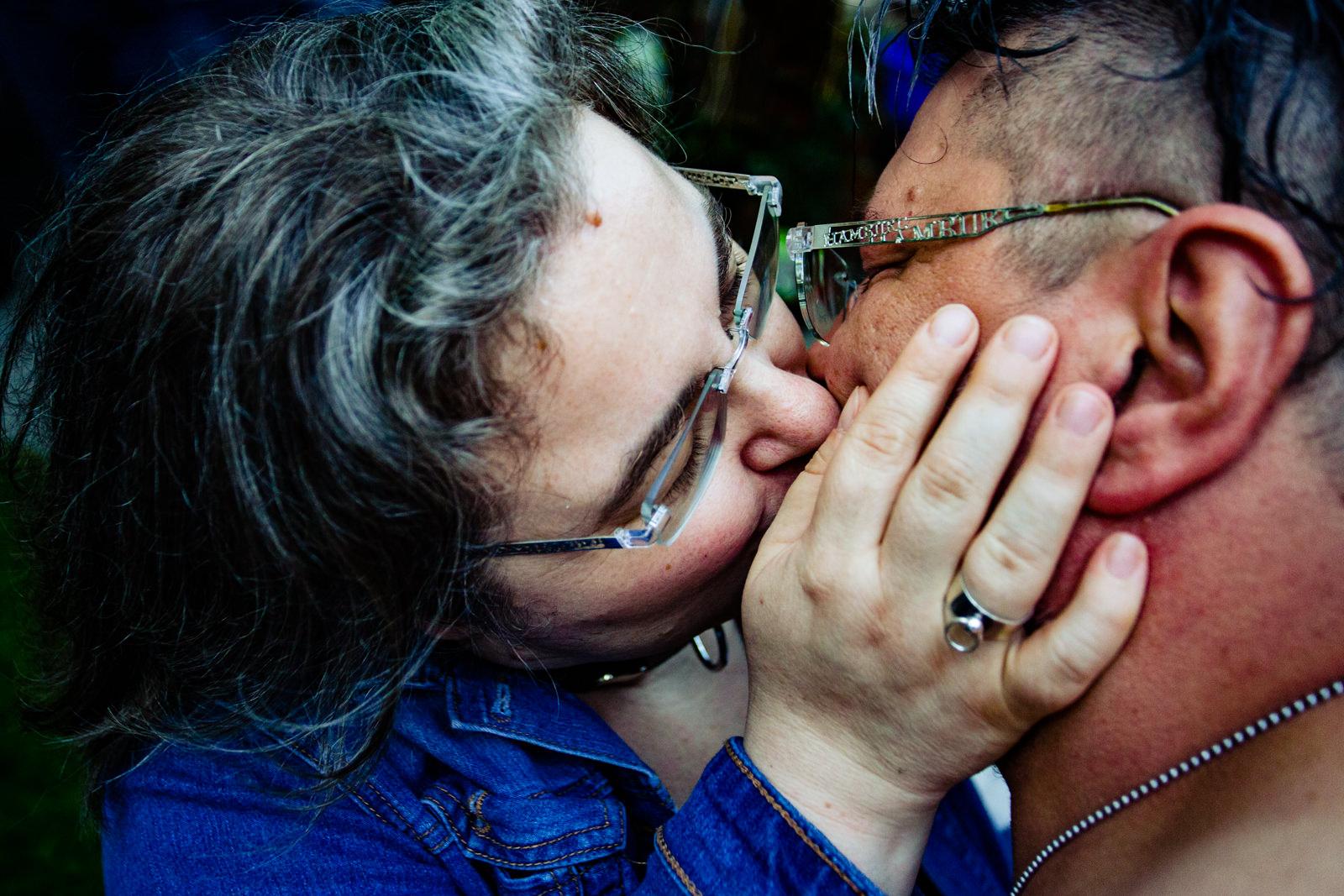 Küssendes Paar bei freier Trauung von Trautante Friederike Delong bei einer Gartenhochzeit in Hamburg fotografiert von Hochzeitsfotograf Steven Herrschaft aus Wiesbaden