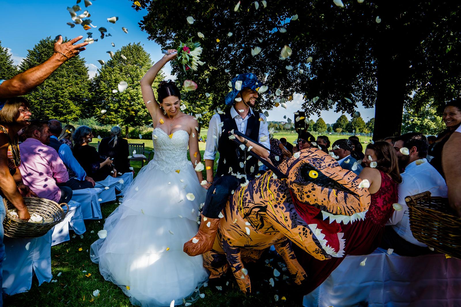 Auszug bei einer freien Trauung von Trautante Friederike Delong auf einer Dinosaurier Hochzeit auf dem Sonnenhof bei Stuttgart fotografiert von Hochzeitsfotograf Steven Herrschaft aus Wiesbaden